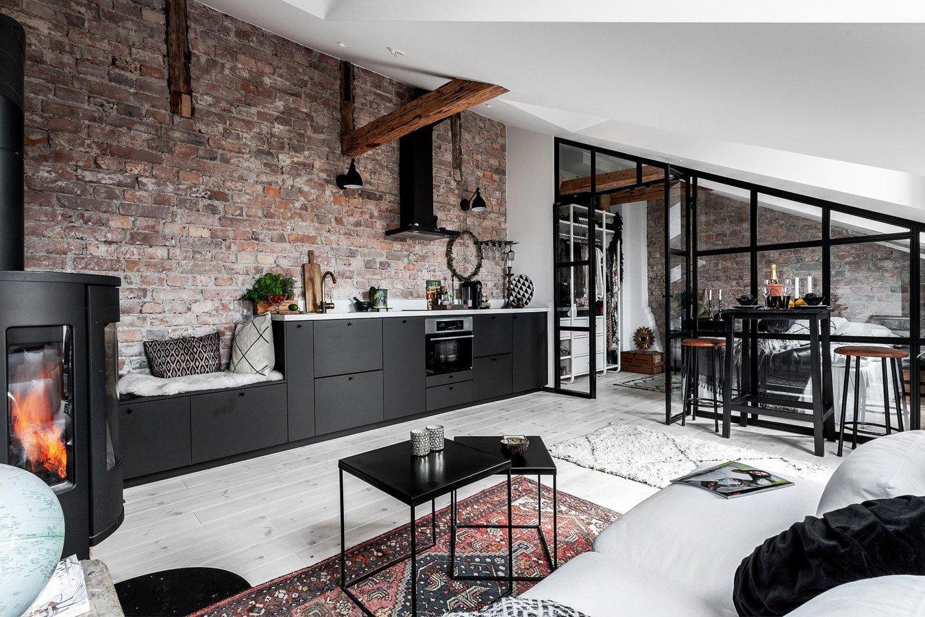 Skvěle řešený malý podkrovní byt ve skandinávském stylu s industriálním nádechem. Nechte se inspirovat hřejivým bytem ve Stockholmu s černou prosklenou stěnou. Uchvátí vás.