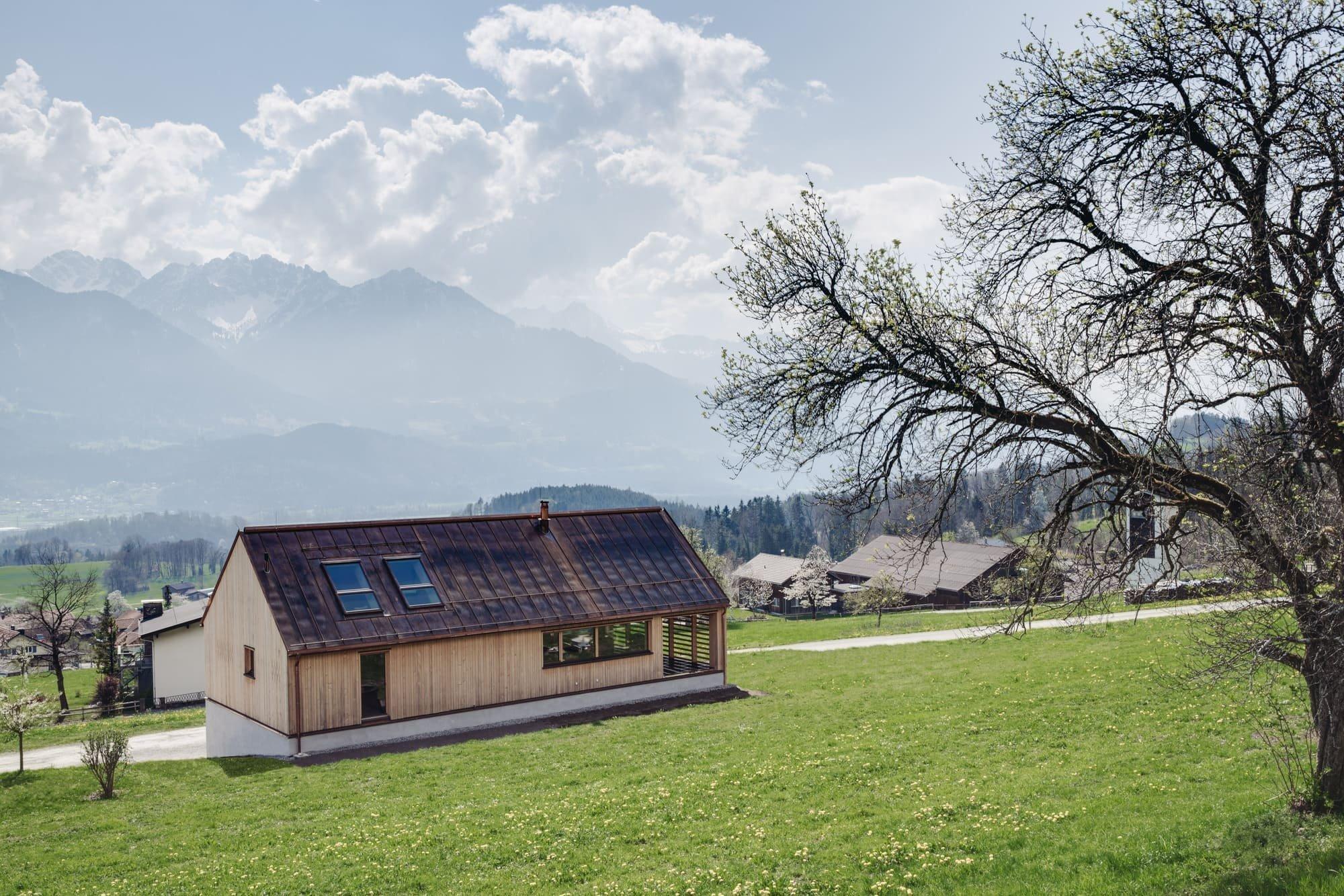 O tom, že se dají s grácií spojit náročné požadavky na komfortní bydlení s respektem k historii regionu, svědčí působivá dřevostavba v jedné z malebných rakouských obcí. Ač může na první pohled vypadat jednoduše, je pro řadu snílků o tom pravém bydlení, splněným snem.