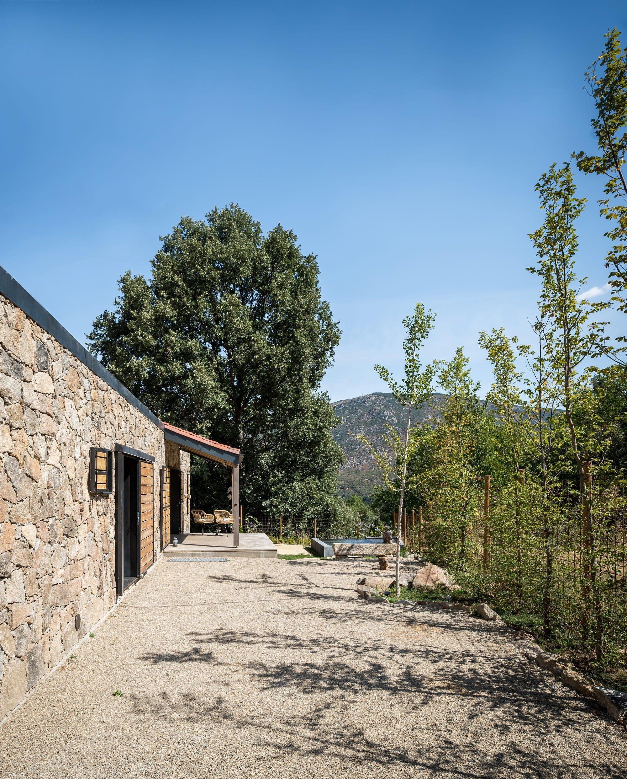Z materiálu zbouraných domů vzniklo krásné bydlení