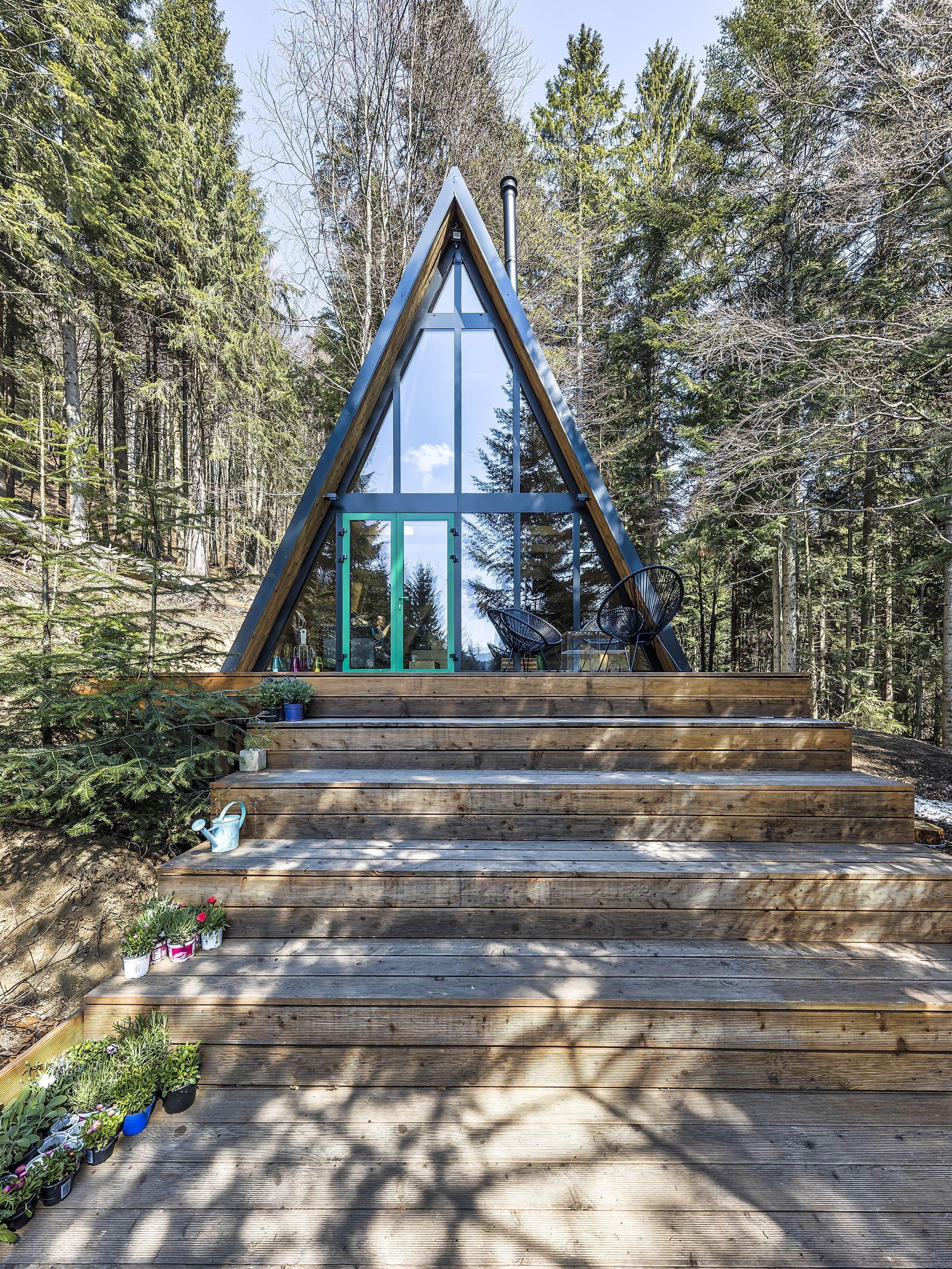 Nevelká chata v klasickém A stylu je krásným příkladem toho, že jde pracovat s tím, co máme a ze starého vznikne útulné prázdninové bydlení v minimalistickém duchu s vůní dřeva.