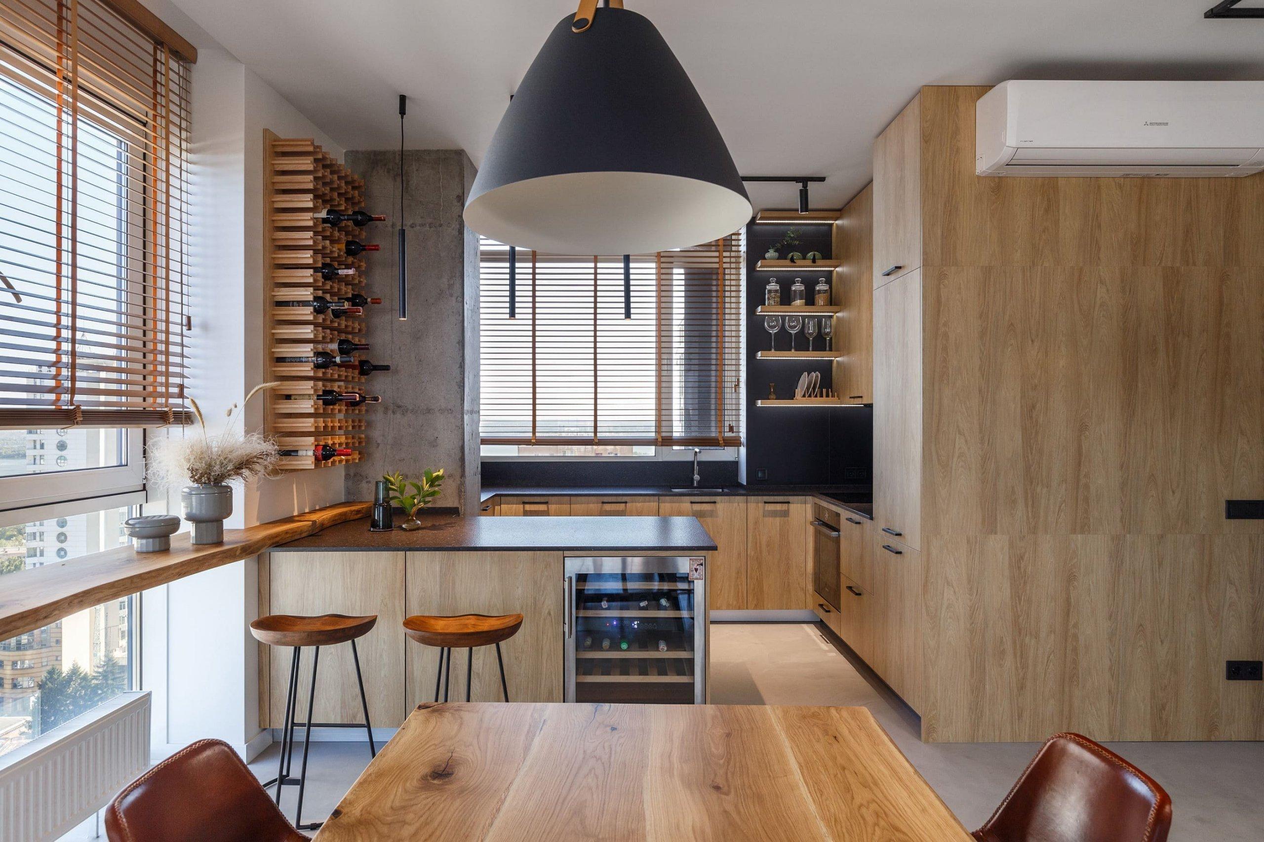 Půvabný byt, který je kompletně průchozí a snoubí se v něm krása betonu, dřeva a černé barvy. I přes moderní a minimalistický styl je byt skvělým útočištěm pro mladou rodinu a jejich dceru.