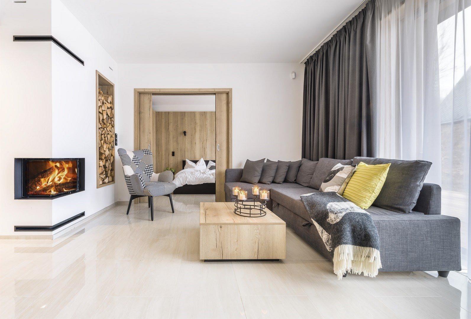 Teplá textura dřeva rezonuje s černou a vytváří elegantní a útulný druhý domov pro mladé majitele. Podívejte se na byt, který ladí do posledního detailu. Horský apartmán vám vyrazí dech!