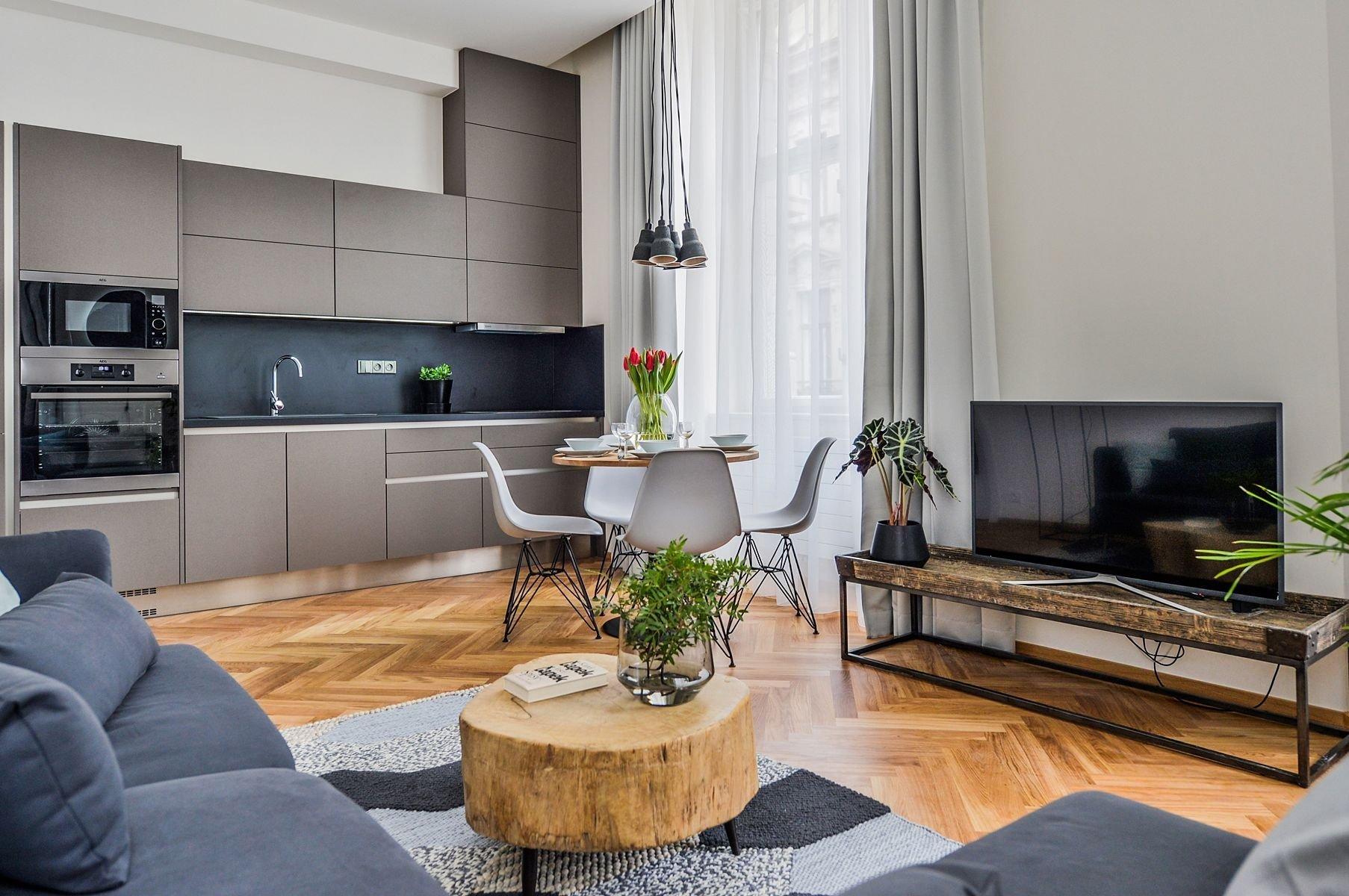 Vysoce elegantní a neobvykle nápadité bydlení vzniklo v historické budově postavené v samém srdci Brna. S notnou dávkou luxusního vybavení, přirozeného světla i prostoru okouzlí snad každého, kdo by chtěl své bydlení povýšit na opravdový požitek.