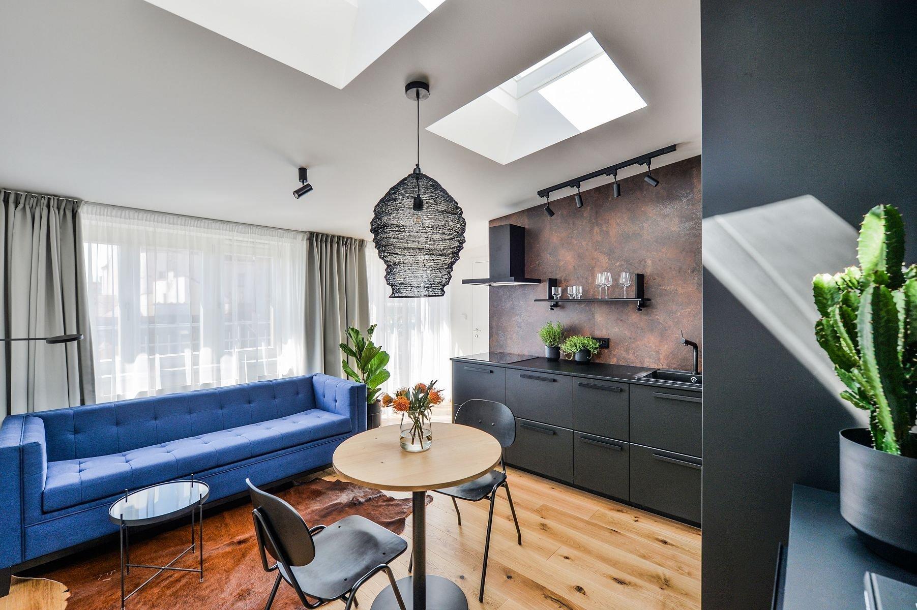 V nově zrekonstruovaném bytovém domě s řadou zachovaných původních prvků vznikl moderní podkrovní byt s originálně zařízeným interiérem a půvabnými výhledy do okolí. Na první pohled upoutá především svou černou kuchyní, tím však jeho invence zdaleka nekončí.