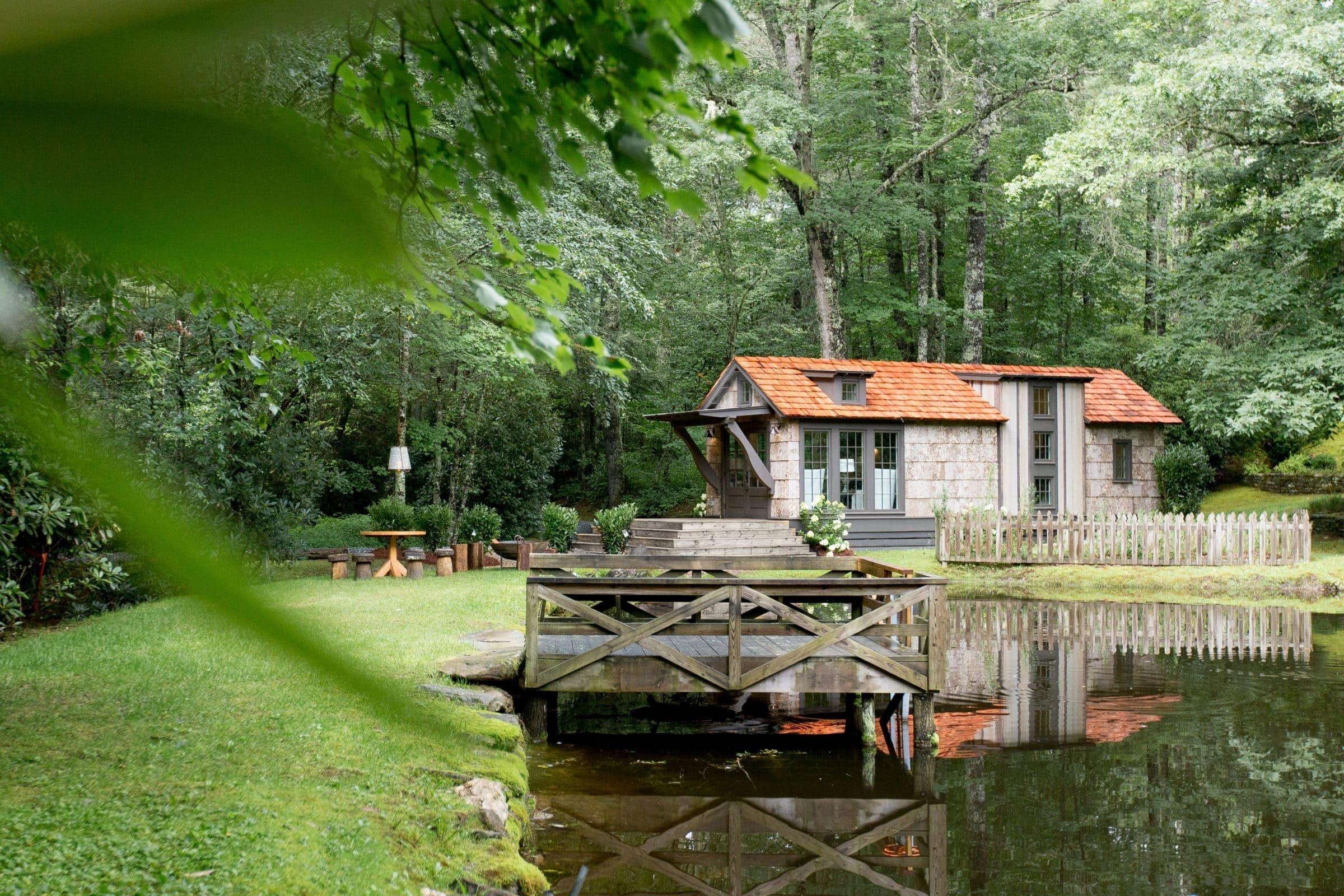 Malý modulární dům v Jižní Karolíně je postaven ve stylu staré Anglie, který má do moderny daleko. Je příjemný a útulný při pohledu ze zahrady i při posezení na gauči. Jeho hlavní předností je nízká pořizovací cena a velmi rychlá realizace. Jak se vám líbí?
