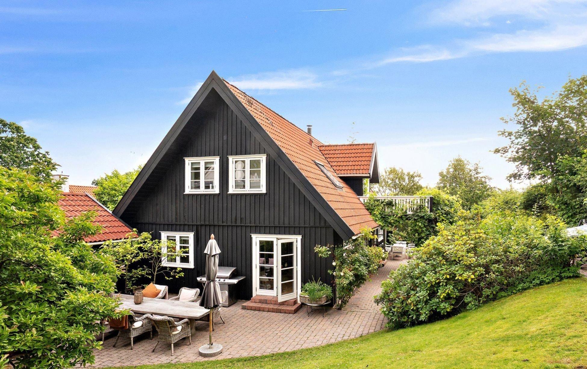 Dům, který dnes navštívíme alespoň virtuální cestou, je splněným snem pro každého, kdo miluje venkovský styl bydlení. Vyrostl poblíž Kodaně a více než moderní městské sídlo připomíná chalupu na venkově. Jeho interiér je však vysoce komfortní a nadčasový. Pojďte se společně s námi podívat do stylového vesnického domu obklopeného vzrostlými rododendrony a šeříky.