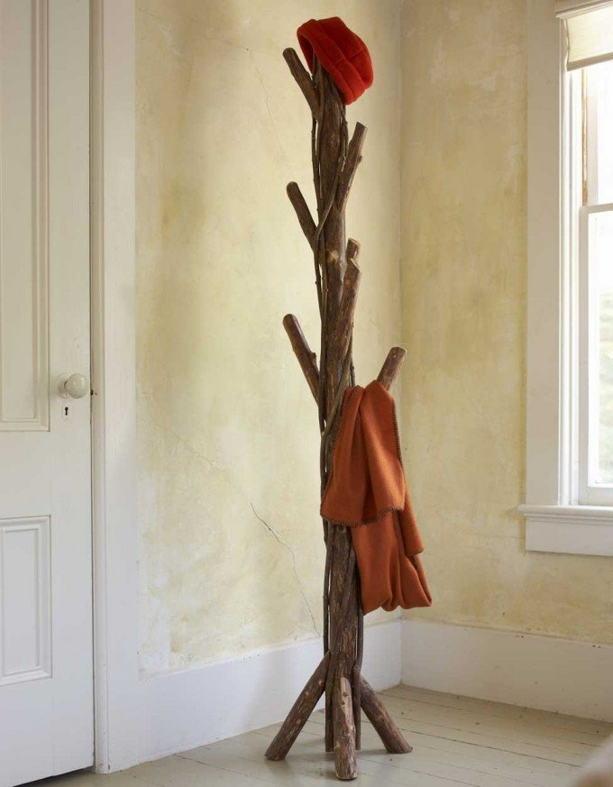 Věšák vyrobený z co nejméně opracovaného dřeva.