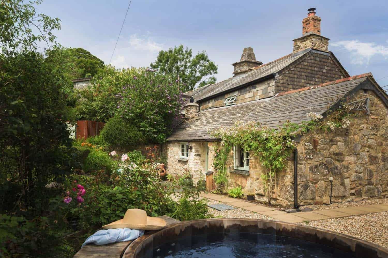 Dnes společně zavítáme do romantického prostředí Cornwallu, který tvoří jihozápadní špičku poloostrova Velké Británie. Na tomto magickém místě se prý stírá hranice mezi snem a realitou, o čemž svědčí i půvabná chalupa, která vyrostla v jedné ze zdejších romantických zahrad.