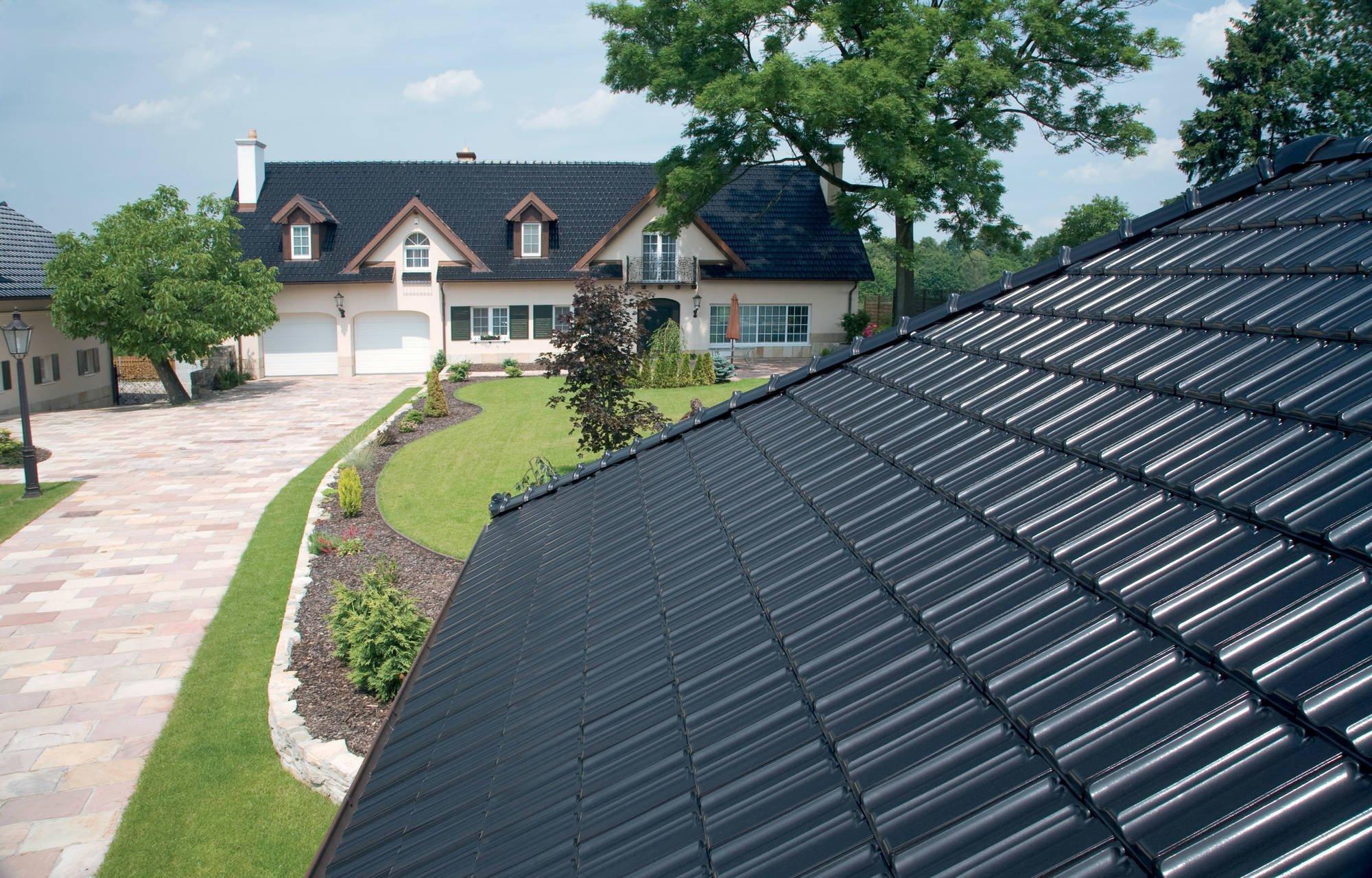Keramická střešní krytina je už takovou klasikou mezi skládanými střešními krytinami pro šikmé střechy. Díky vývoji nových technologií zdokonaluje své praktické vlastnosti, aniž by přitom přišla o svou původní krásu. Keramická střešní krytina má však ještě celou řadu dalších výhod, které z ní činí tu správnou volbu pro vaši střechu.