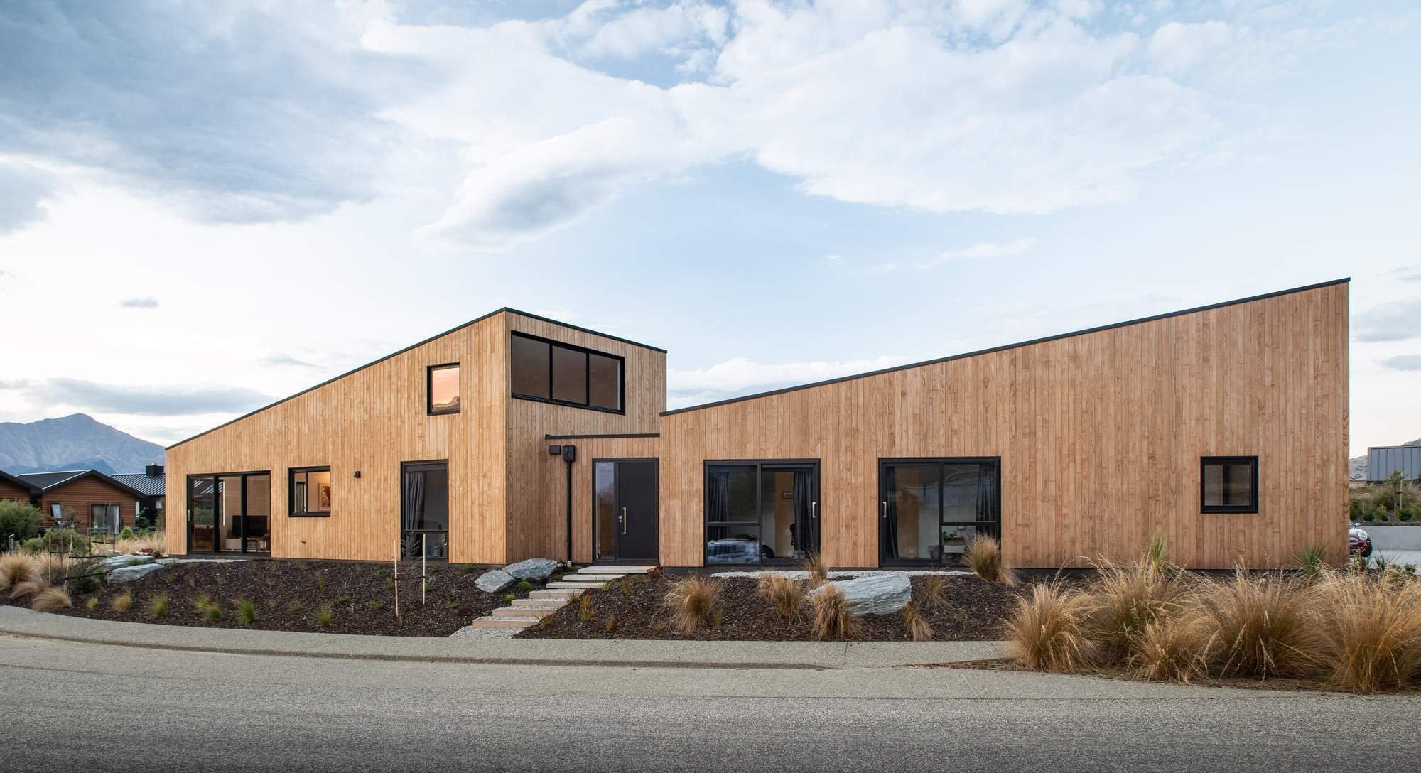 S výhledem na pohoří Jižních Alp rozprostírajících se na novozélandském Jižním ostrově byl postaven dům pro čtyřčlennou rodinu. V duchu spojení s přírodou v okolí je interiér postaven na cedrovém dřevu a betonu. Díky tomu vznikl útulný interiér s úžasným výhledem.
