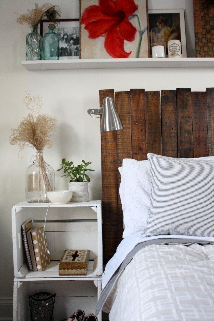 Prkna z plet se dají použít jako obklad za postel.