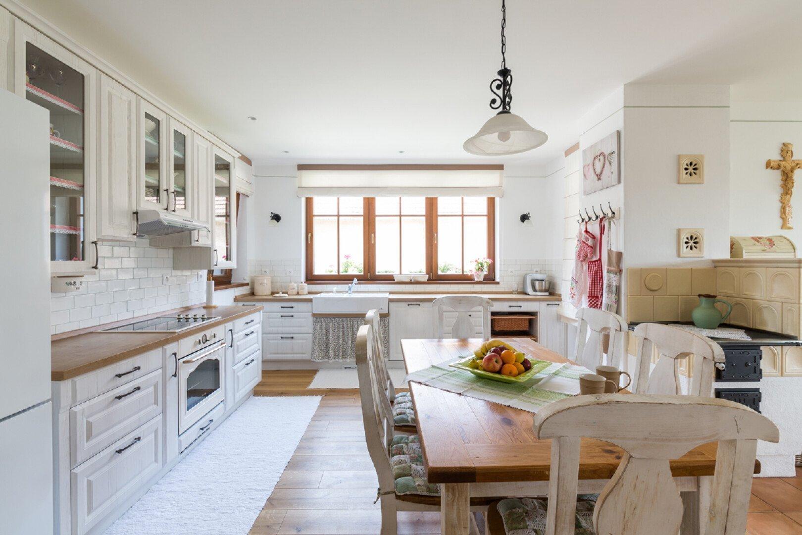 Kuchyně v bílé barvě s pastelovými akcenty, kterou dnes navštívíme alespoň virtuální cestou, je opravdovou pastvou pro oko. Působí jemně, elegantně a neskutečně romanticky. S důrazem na venkovské prvky vytváří útulnou atmosféru, a tak v ní musí být radost vařit, péct i stolovat.