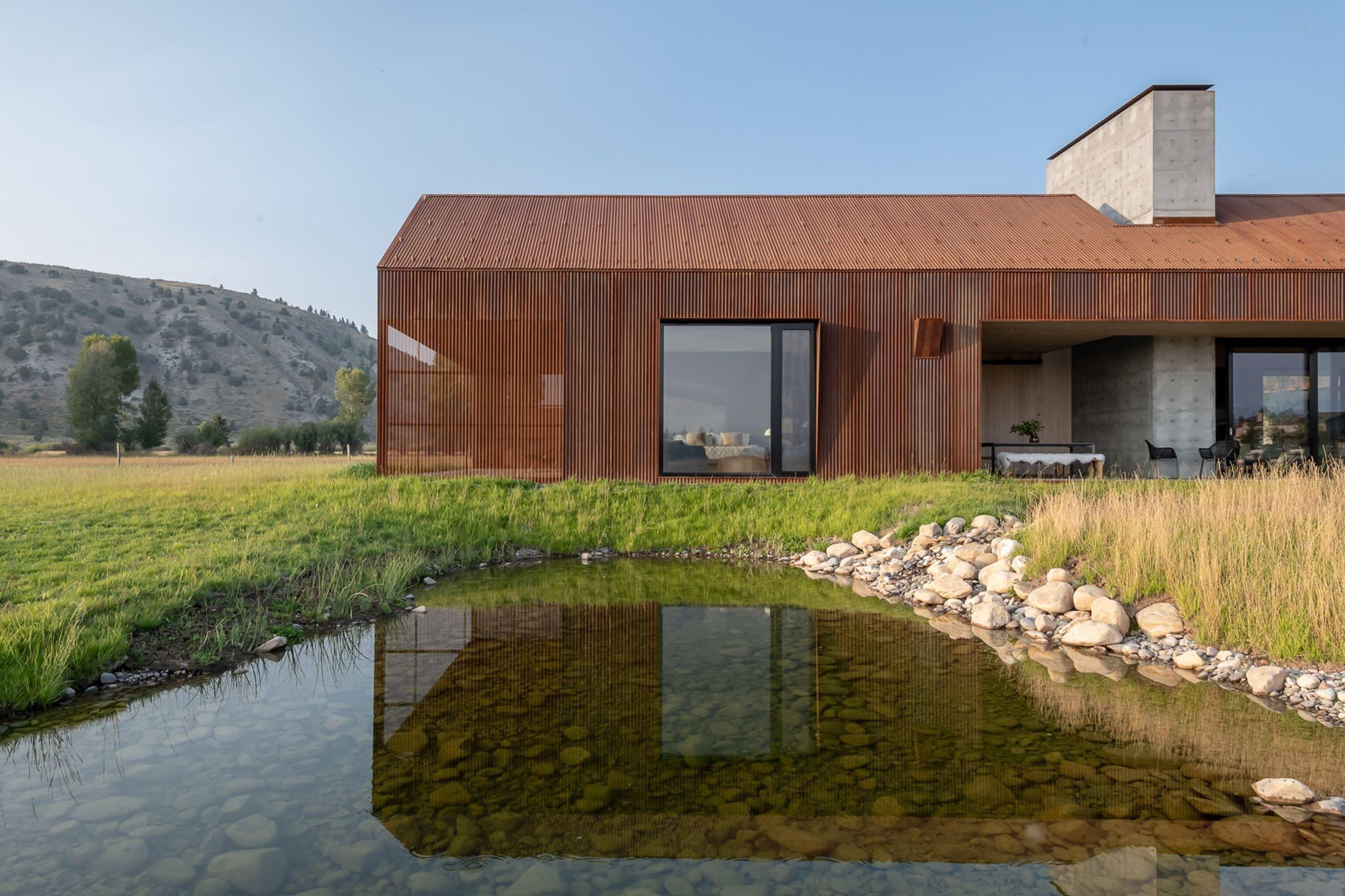 Obrovské prérie a zasněžené vrcholky slouží jako dramatické prostředí pro dům na americkém západě.  Bydlení navržené místní firmou Carney Logan Burke Architects bylo postaveno pro pár v důchodovém věku z Pittsburghu.