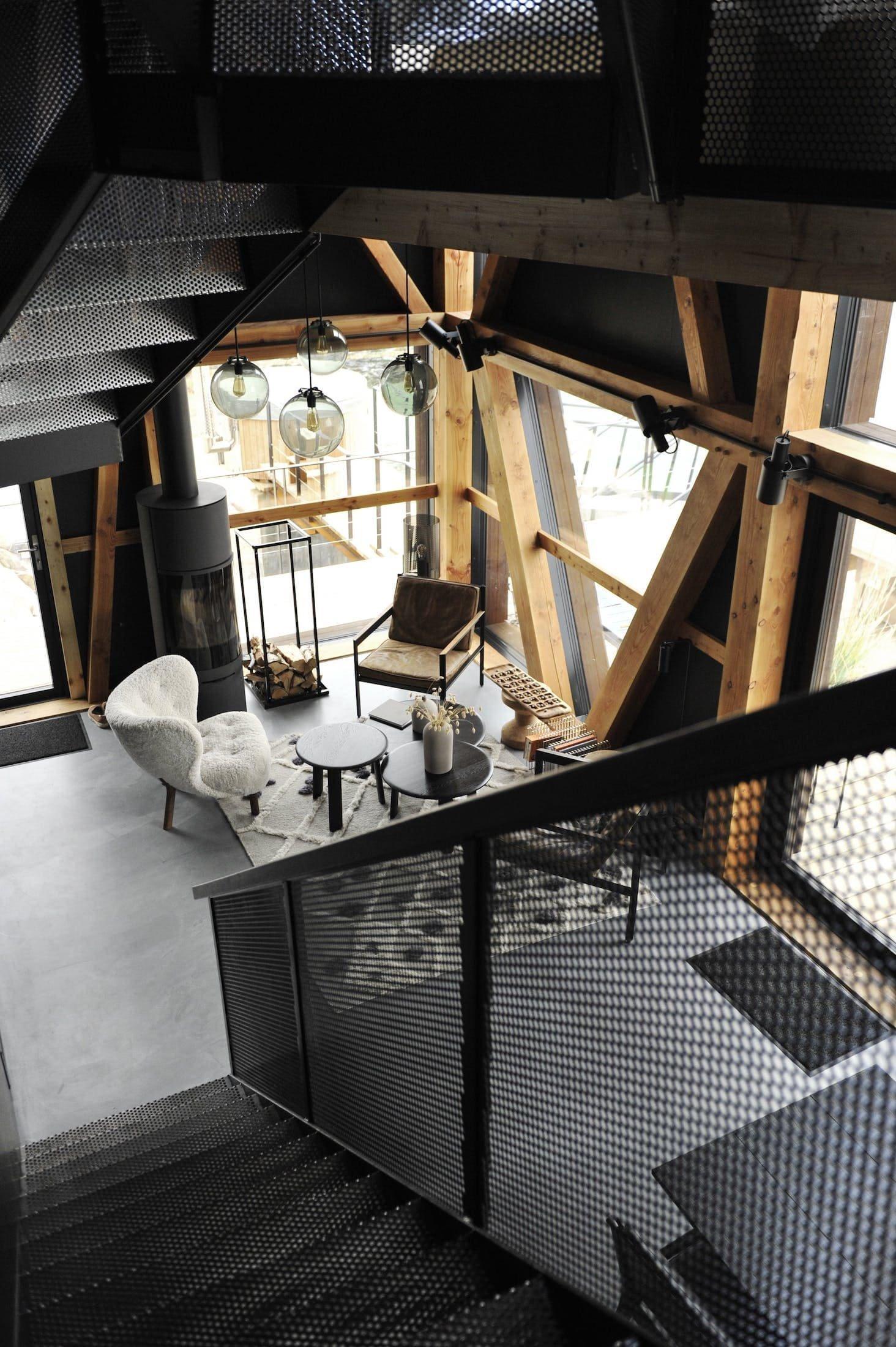 Zajímavý černý dům jednoduchého tvaru se nachází na pobřeží Norského moře. Majitelé zbožňují přírodu a dlouho snili o tom, že budou jednou žít u moře. Jejich sen se splnil a stali se hrdými majiteli loděnice, kterou rádi pronajímají.