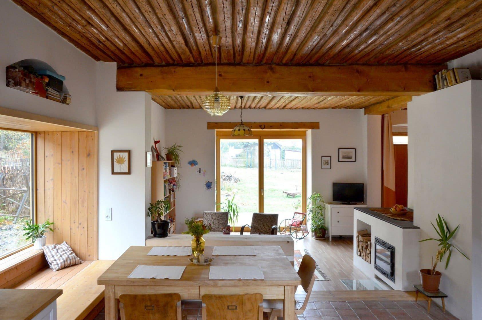 Dnes vás vezmeme na návštěvu do zrekonstruovaného domku v bývalé hornické kolonii na úpatí Brd. Tento dům byl v Podlesí, na levém břehu řeky Litavky, postaven už zhruba před sto lety. V moderní době prošel proměnou doslova od podlahy, přesto si však zachoval svůj svébytný charakter. Je proto důkazem toho, že komfortní moderní bydlení může vzniknout i spolu se zachováním řady původních architektonických prvků.