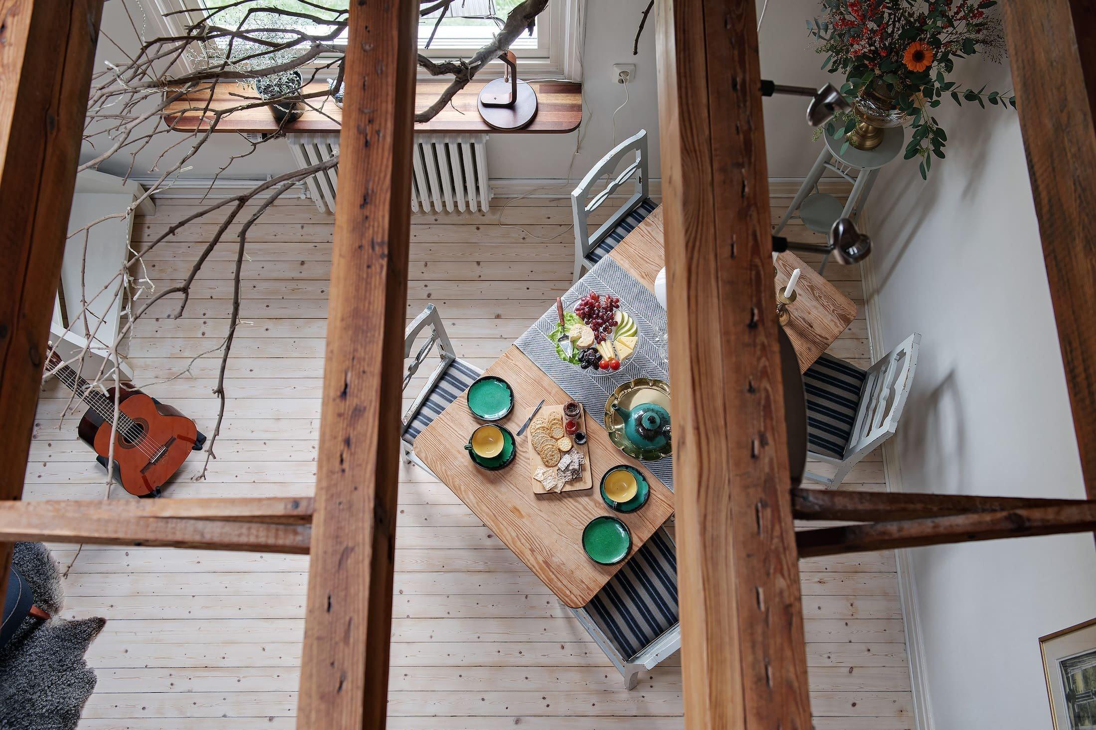 Skandinávské byty jsou často jako přes kopírák. Černá s bílou, kožešiny, dřevo, sklo a kámen. Ale vypadají tak skutečné skandinávské byty? Podívejte se na malý mezonetový byt ve Švédsku, ve kterém se opravdu bydlí.