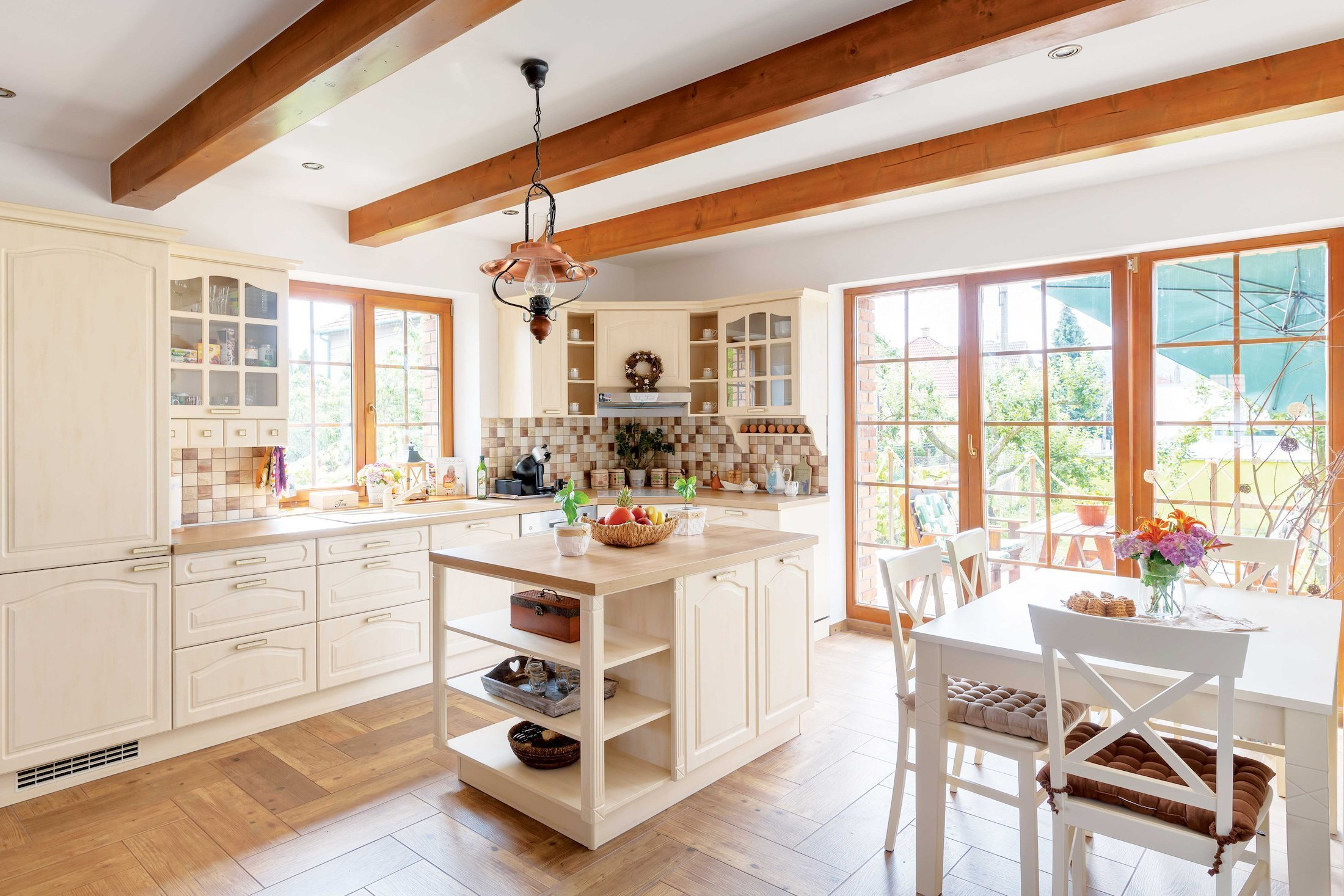 Půvabná kuchyně důmyslně propojená s jídelnou a obývacím pokojem se stala srdcem více než šedesátiletého domu, který si prošel rekonstrukcí od podlahy. Jako první místnost se proměnila právě kuchyně, které přestavba dopřála mnohem více prostoru a světla, než tomu bylo doposud. Kuchyně ve venkovském stylu upoutá pozornost návštěv a jistě jim dopřeje i skvělý gurmánský zážitek.