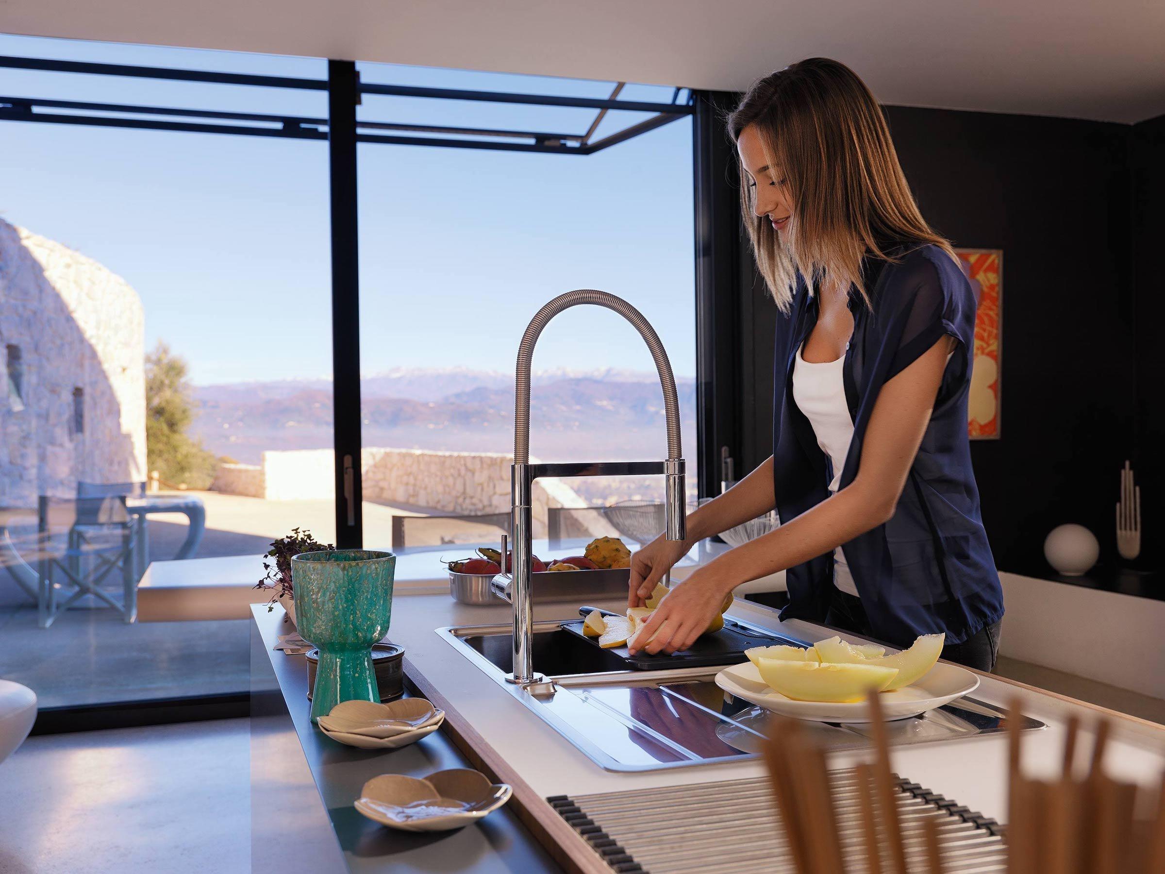 Srdcem každé domácnosti je kuchyně a středobodem každé kuchyně je dřez a vní dřezová baterie.  Mnohdy ale dřezové baterii věnujeme minimální pozornost, neboť se může zdát, že její důležitá role je překonána kvůli myčce nádobí. Opak je však pravdou.