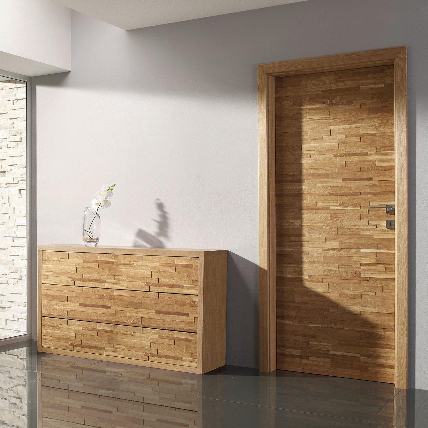 Výrazné dveře, které ladí s nábytkem.
