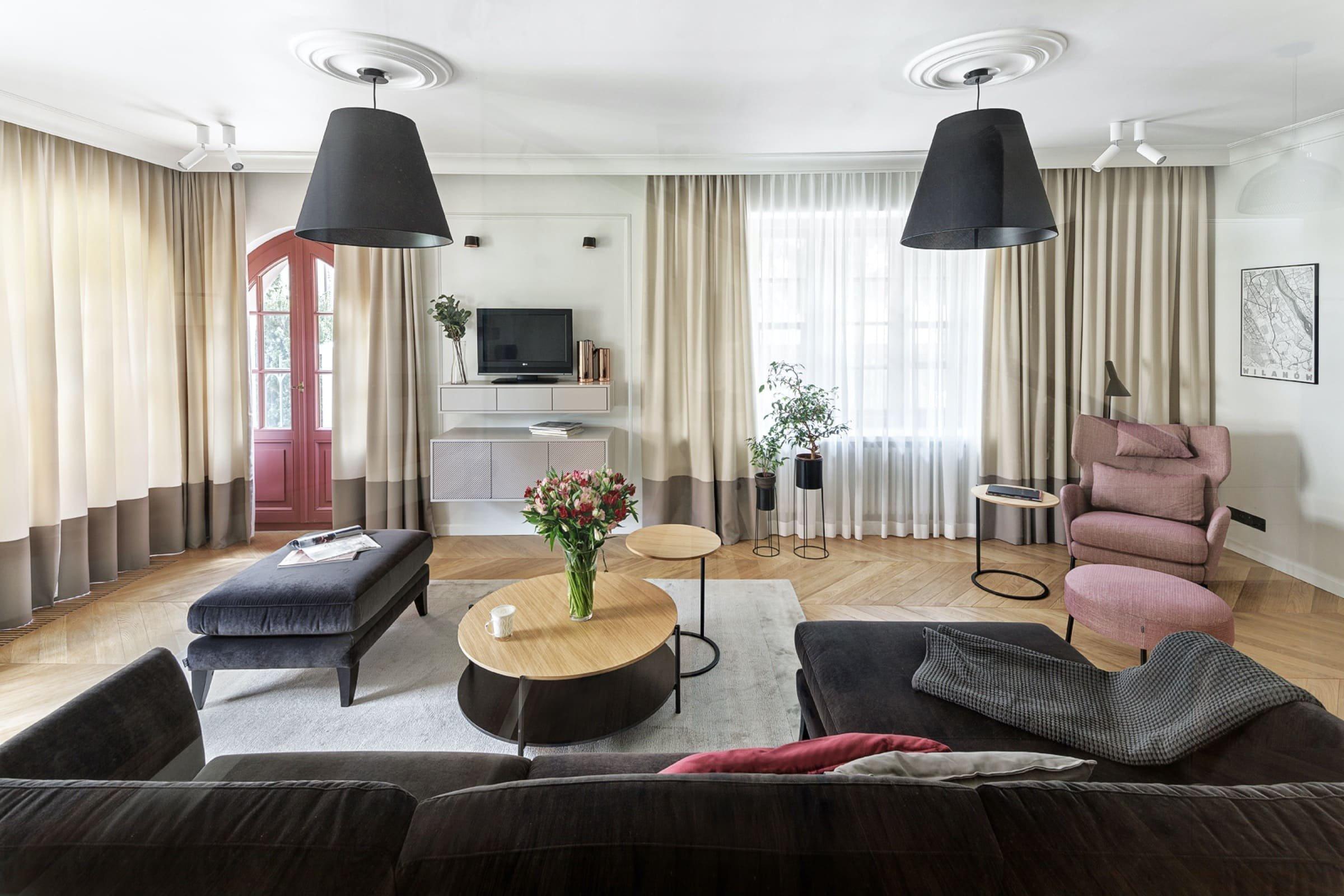 V dnešním příspěvku zavítáme do interiéru historického domu v Sadybě, městské čtvrti hlavního města Polska. Na ploše o 300 m2 zde vzniklo neskutečně půvabné bydlení umocněné historickými architektonickými prvky, příjemnými odstíny barev, ale i doplňky s nádechem vzdálených krajů.