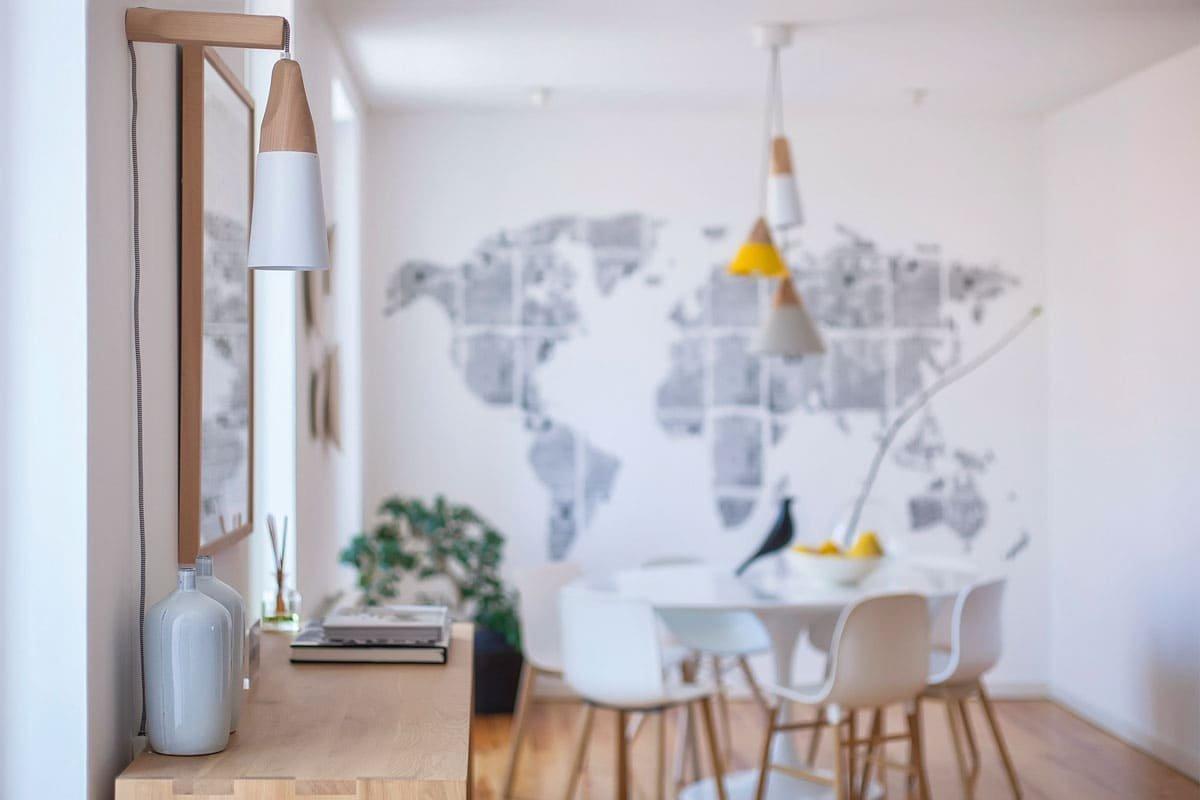 Zrekonstruovaný byt je krásnou ukázkou toho, že si skandinávský styl podmanil snad celou Evropu. A není se čemu divit. Jeho čisté linie, jednoduchost a vyváženost barev fungují jako magnet. I když byt působí severským dojmem, leží na jihu Evropy.