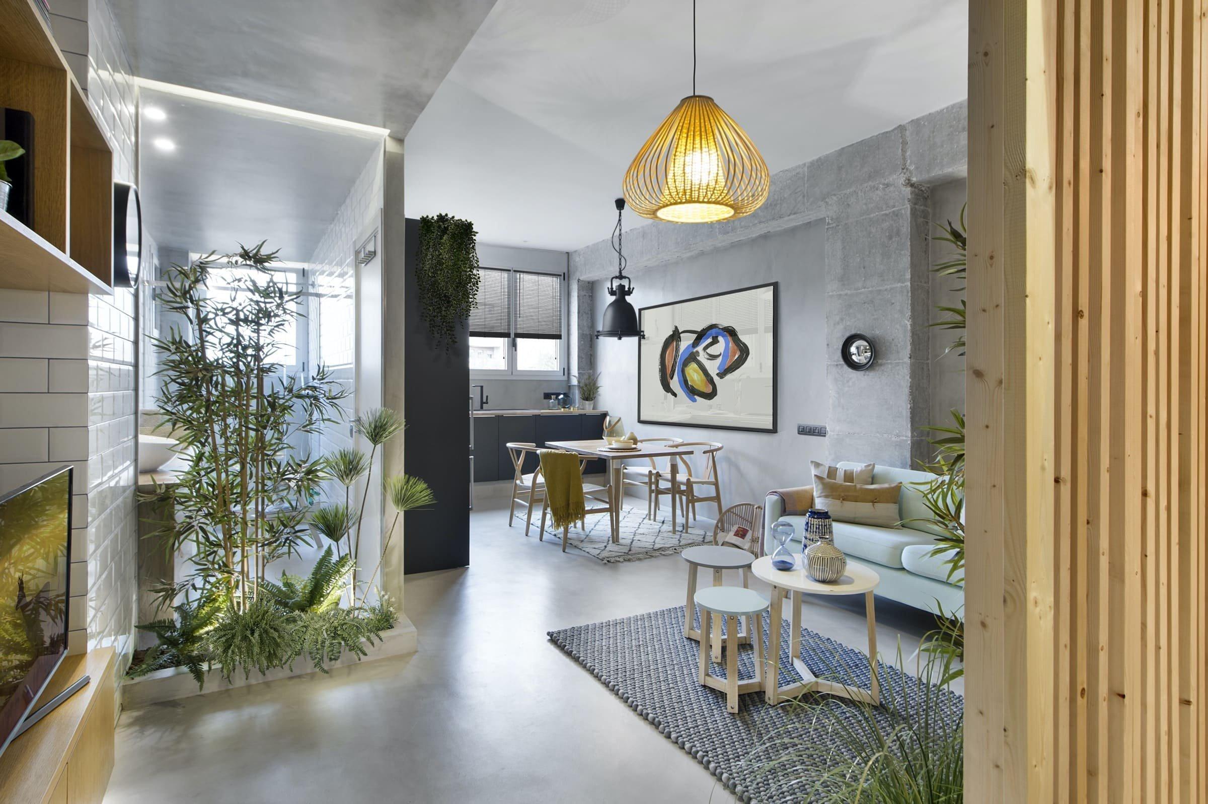 Bývalá tovární hala v moderní městské čtvrti El Poblenou v Barceloně se proměnila na několik menších bytů. Do jednoho z nich, jehož interiér získal novou tvář díky profesionálům ze studia Egue y Seta, se nyní podíváme. Zdobí jej barvy slunce, vody i země. Odkaz na blízké nejkrásnější pláže Barcelony je tak dokonalý.