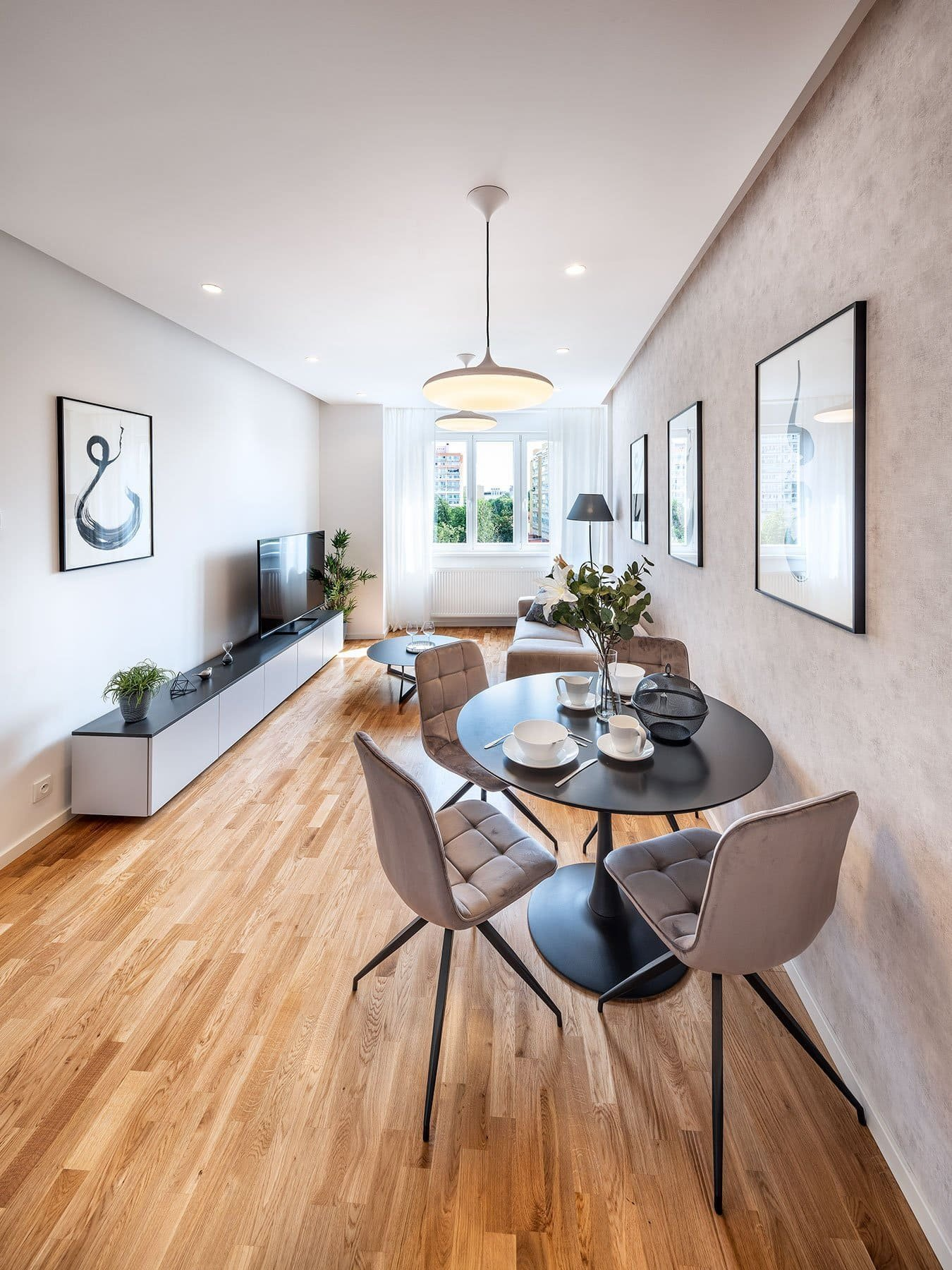 Při našich toulkách světem interiérového designu dnes zavítáme do vzorového bytu projektu Přípotoční 35, který třeba i nadchne vás svým minimalistickým stylem a ležérní elegancí.
