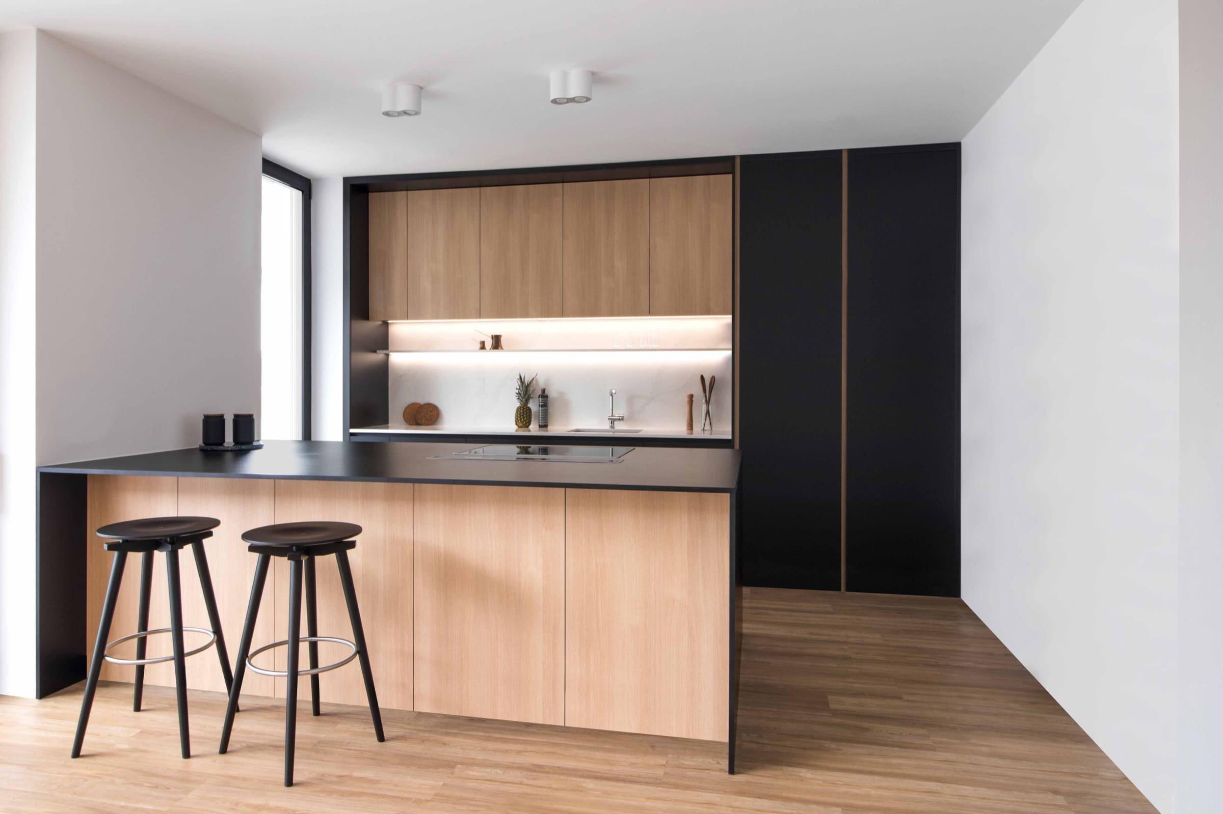 Klasický slovinský dům prošel proměnou. Z původního dvoupodlažního domu je minimalistické bydlení pro vícegenerační rodinu. Design interiéru sází na neutrální barvy v kombinaci s černou a použitím dřevěných lamel. Díky tomu vzniklo spojení, kde je černá příjemným osvěžením a nepůsobí ponuře.
