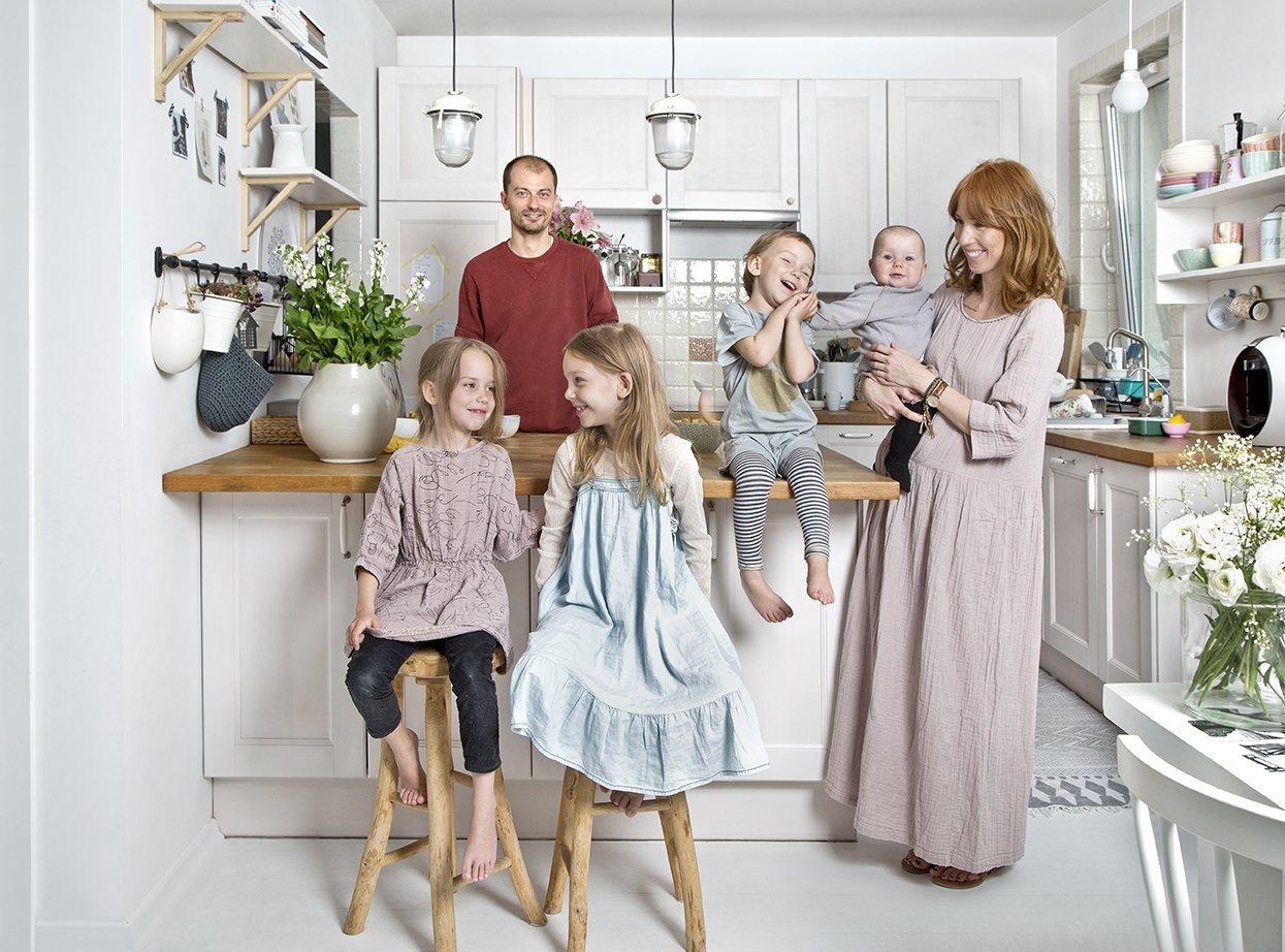 Důkazem, že krásné a praktické bydlení může vzniknout i na docela malém prostoru, je varšavský byt roztomilé šestičlenné rodiny. Vyrostl na ploše o velikosti 80 m2 a díky převaze něžné bílé barvy a romantických i hravých doplňků je ztělesněním snu o půvabném domově.