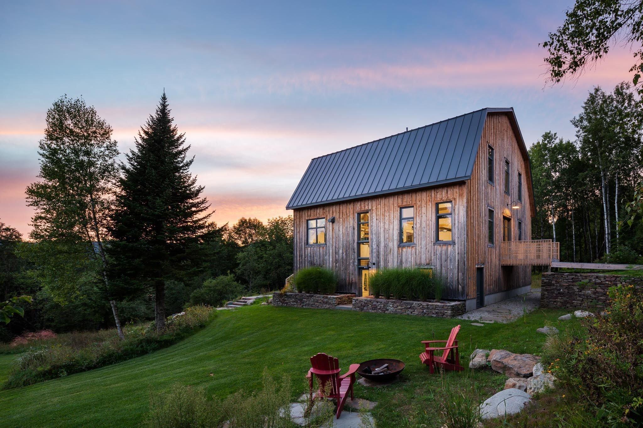 Ze staré stodoly je dvoupatrový dům pro početnou rodinu
