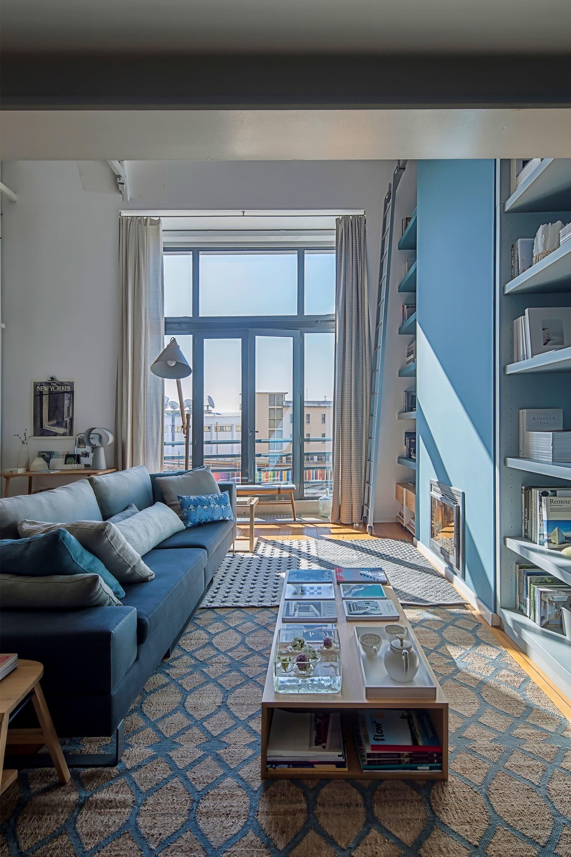 Prostorný podkrovní ateliér v modré barvě
