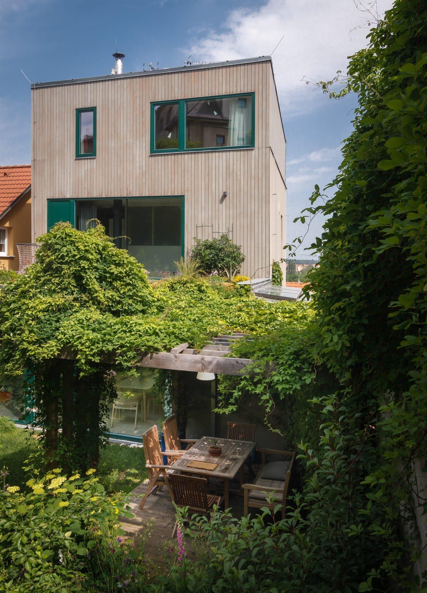 Rodinný dům v divoké zahradě se sklípkem ve skále