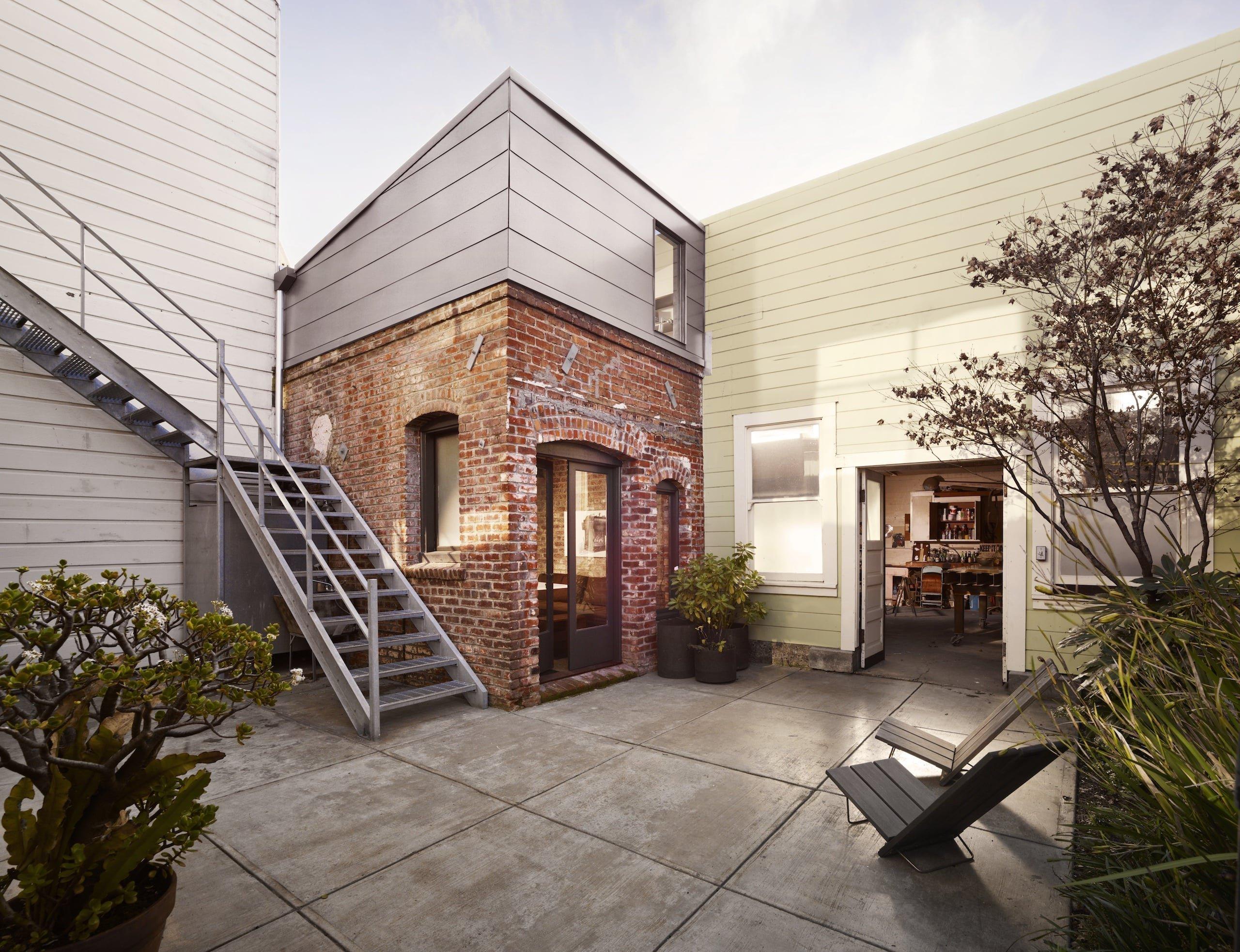 """""""Nevšední prostory jsou pro mě vždy zdrojem kreativity,"""" popisuje architektka Cesar Rubio důvod, proč se pustila do bláznivé rekonstrukce 100 let staré prádelny. Tento zpustlý prostor o velikosti 88 metrů čtverečních objevila mezi inzercí v San Francisku. Rozhodla se, že tento domek ve vnitrobloku přetvoří na útulné bydlení."""