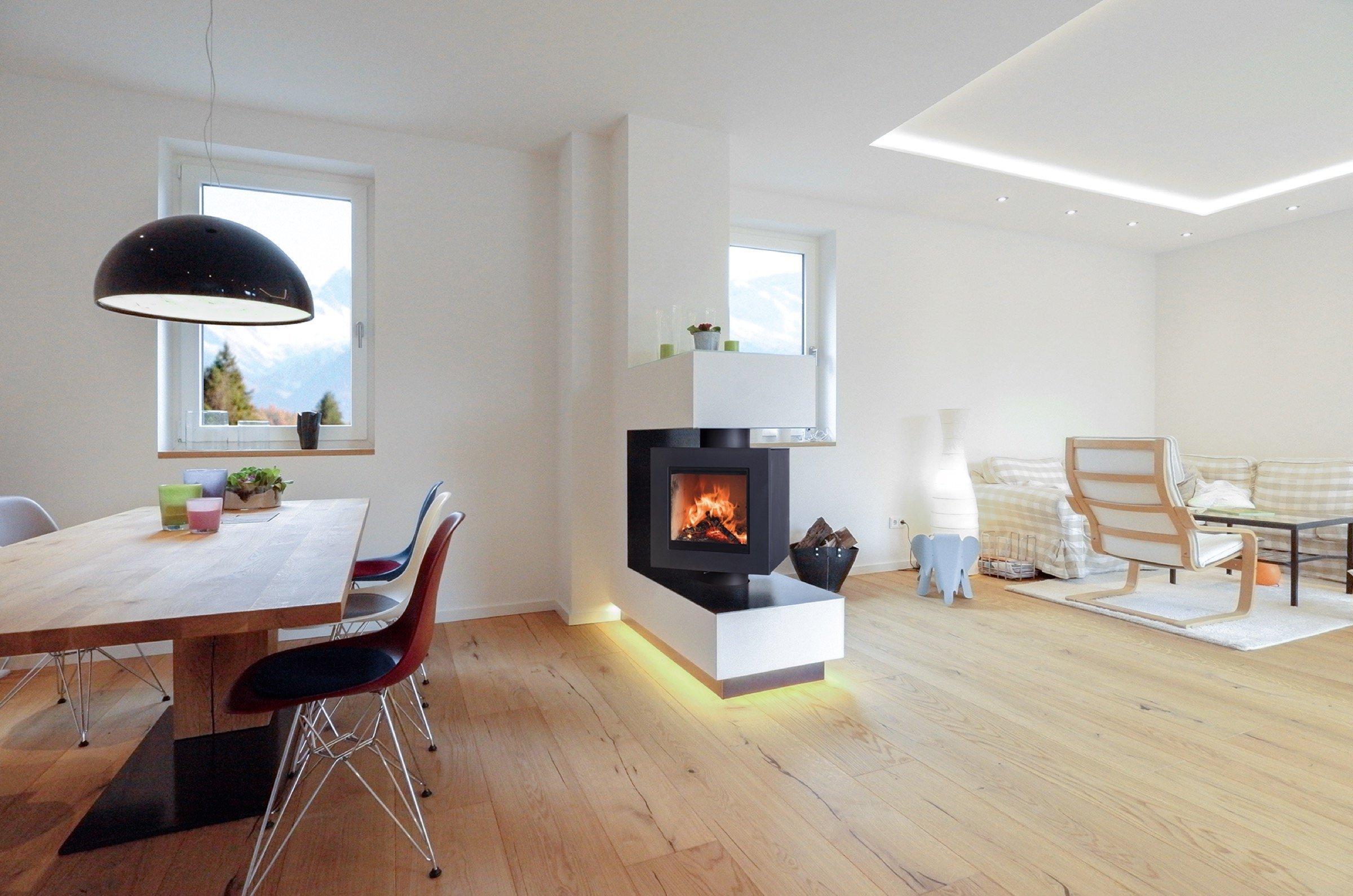 Otočná kamnová vložka Brunner Drehfeuer s možností pohledu do ohně, jak z obývacího pokoje, tak z jídelny. Otáčení o rozsahu až 235 ° v případě ručního ovládání nebo o 205 ° v případě dálkové ovládání.