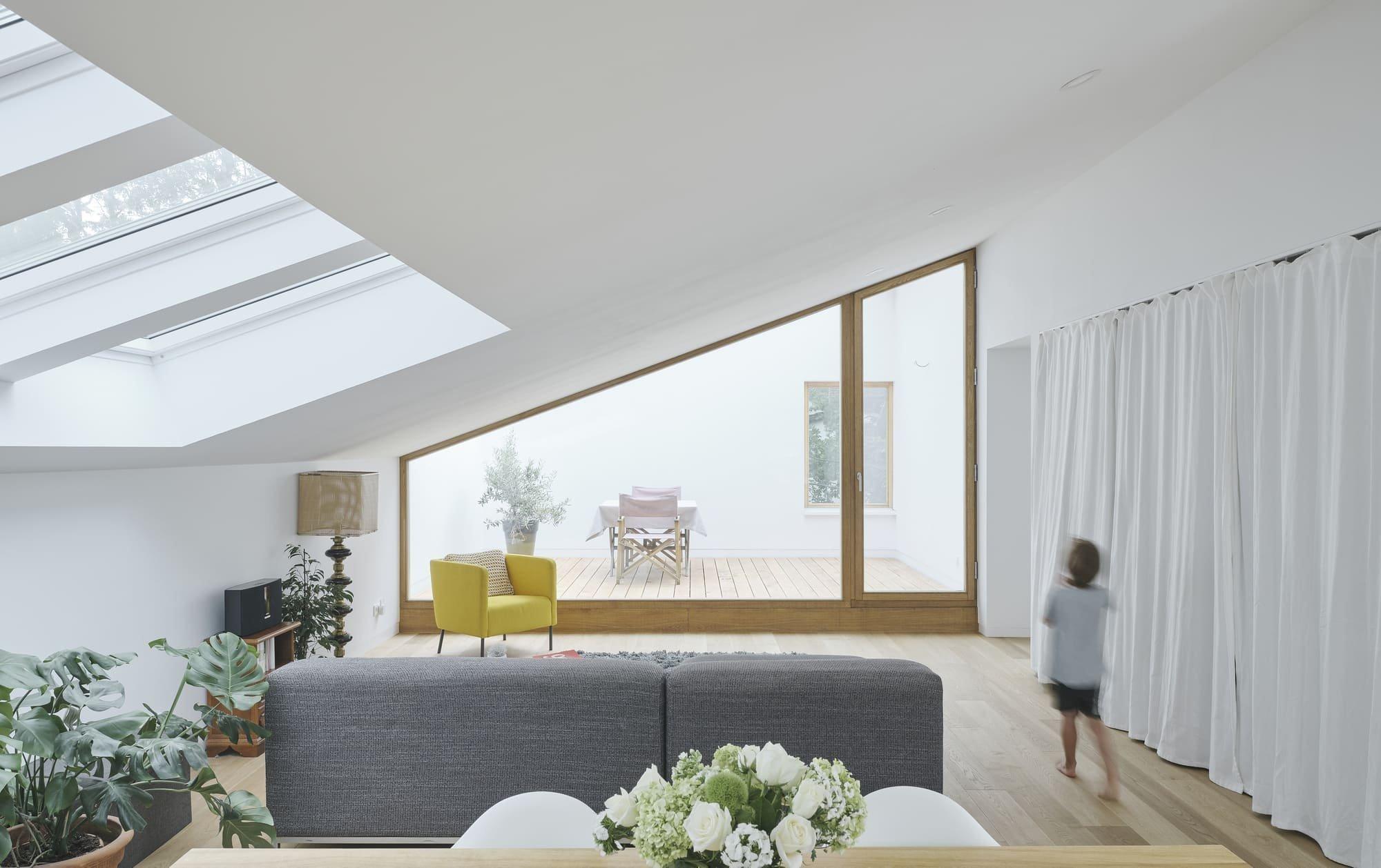 Minimalistický bílý dům na sebe upozorňuje jakousi výjimečnou čistotou. Jeho jednoduchá elegance, hranaté linie i čistá bílá se tyčí uprostřed vzrostlých stromů a doplňují je. Interiér vás zaujme otevřeným a chytře řešeným prostorem i skandinávským minimalismem.