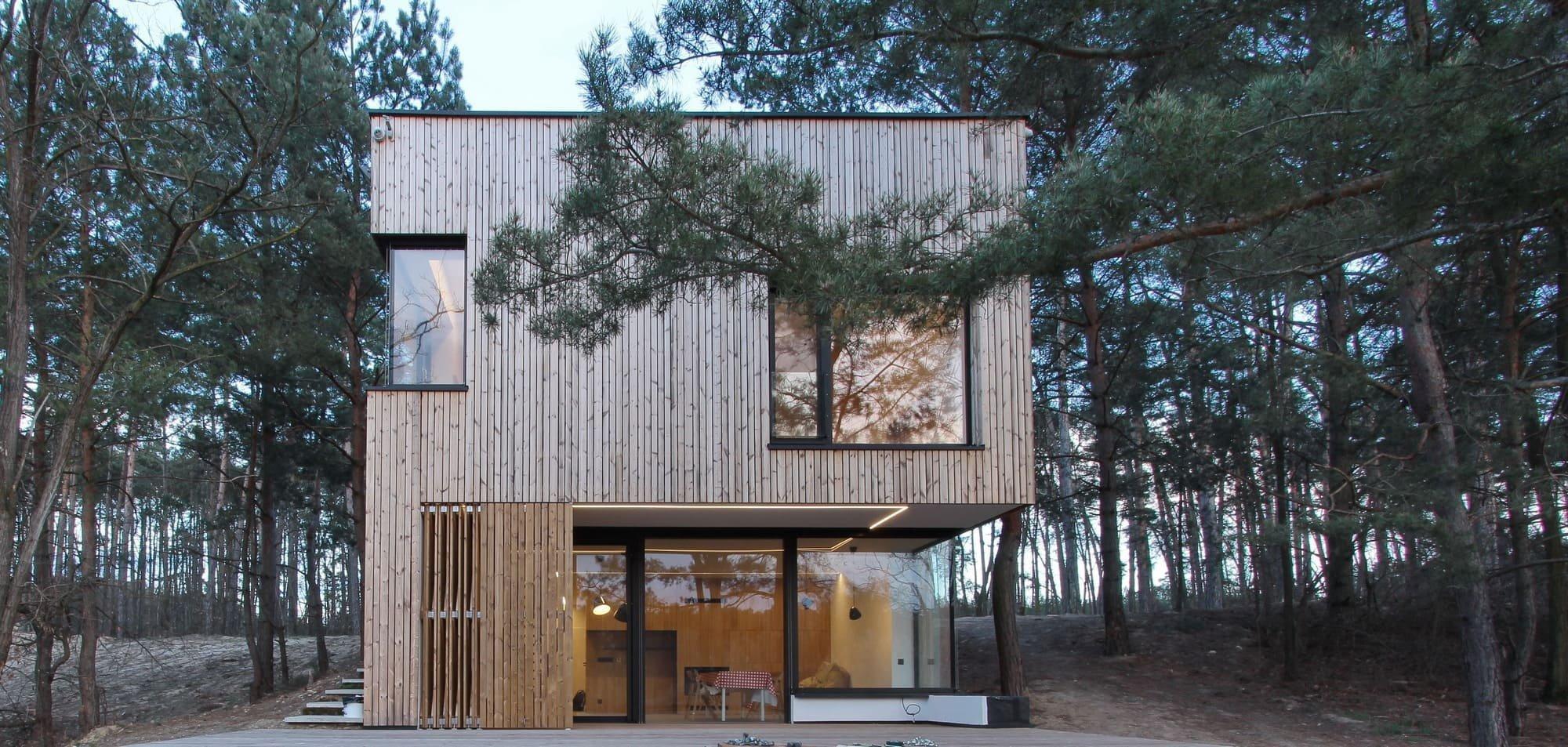 Dnes se podíváme do západoslovenské obce Plavecký Štvrtok, v níž podle návrhu architektonického studia Hantabal architekti vyrostla pozoruhodně řešená dřevěná chata. Ta se nachází uprostřed borovicového lesa na pozemku, který se ve své polovině svažuje směrem k překrásnému jezeru.