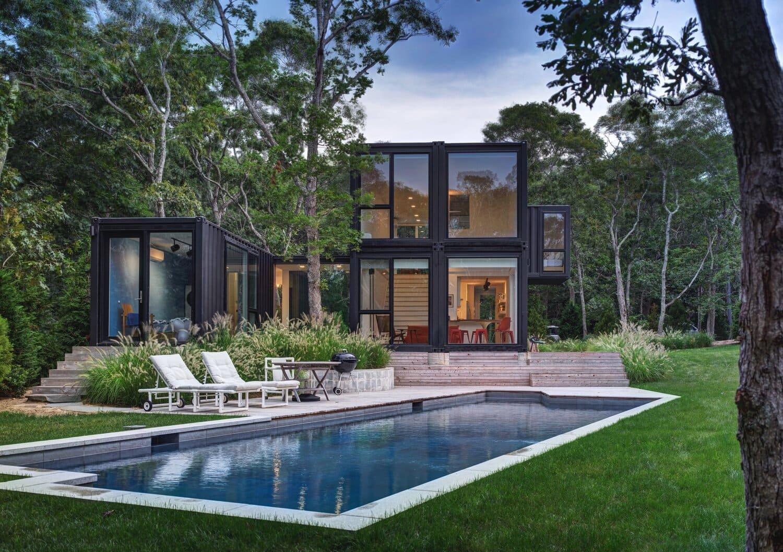 Kontejnerové domy jsou praktickým a levným řešením bydlení. Ze 6 kontejnerů lze udělat luxusní a prostorný dům, který svůj industriální styl už připomíná pouze ze zahrady. Interiér je světlý, prostorný a nabízí rodině s dětmi skvostné bydlení.