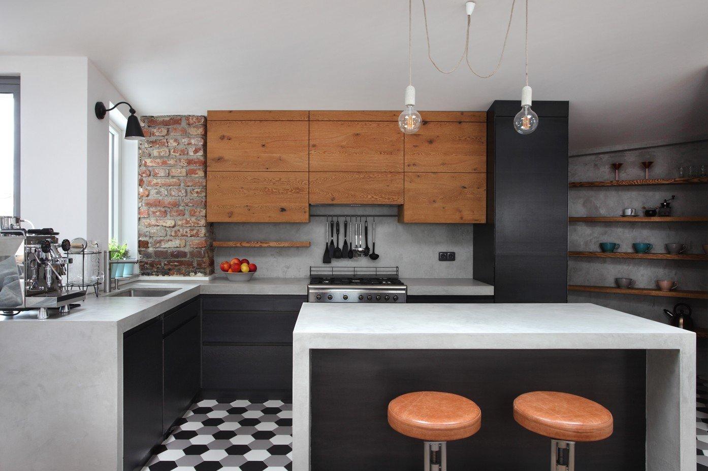 I ze staré nevyhovující půdy se může stát nadčasové bydlení plné luxusních designových kousků. Důkazem toho je byt evokující pověstné newyorské lofty, který zaujme svou vzdušností i lehce industriálním stylem. Za jeho proměnou stojí designérka Monika White a architekt Michael White. A že se jedná o proměnu vskutku výjimečnou.