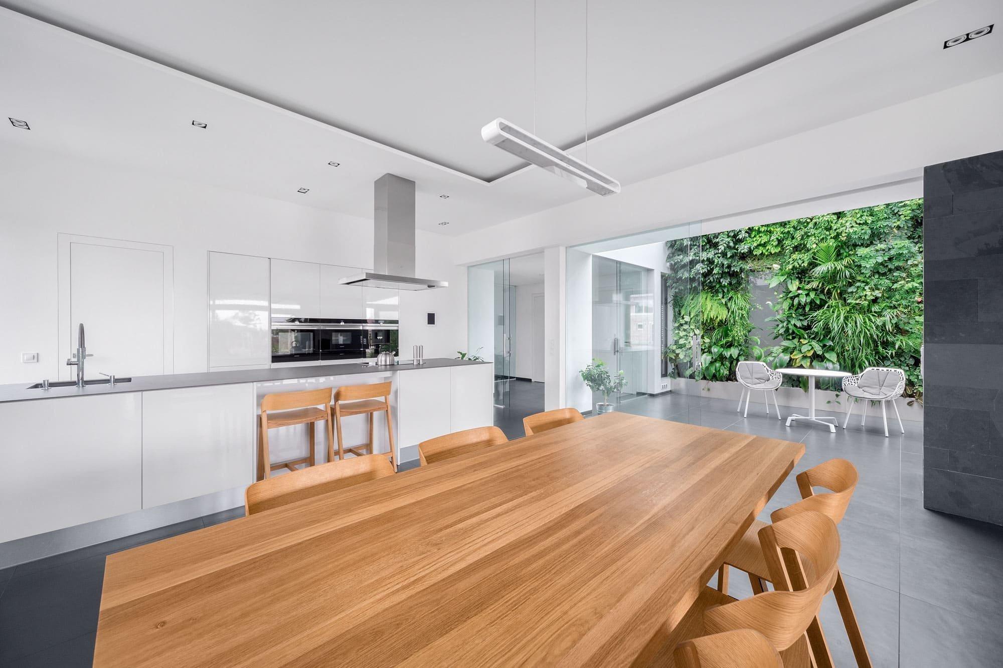 Architektonické studio Rosa – architekt navrhlo moderní přízemní dům s venkovním bazénem a zimní zahradou na rovinatém a úzkém pozemku, který zdánlivě neposkytuje prostor pro invenci. S trochou fantazie a racionálního úsudku se však podařilo, aby dům pro čtyřčlennou rodinu splnil požadavky na krásné i praktické bydlení.