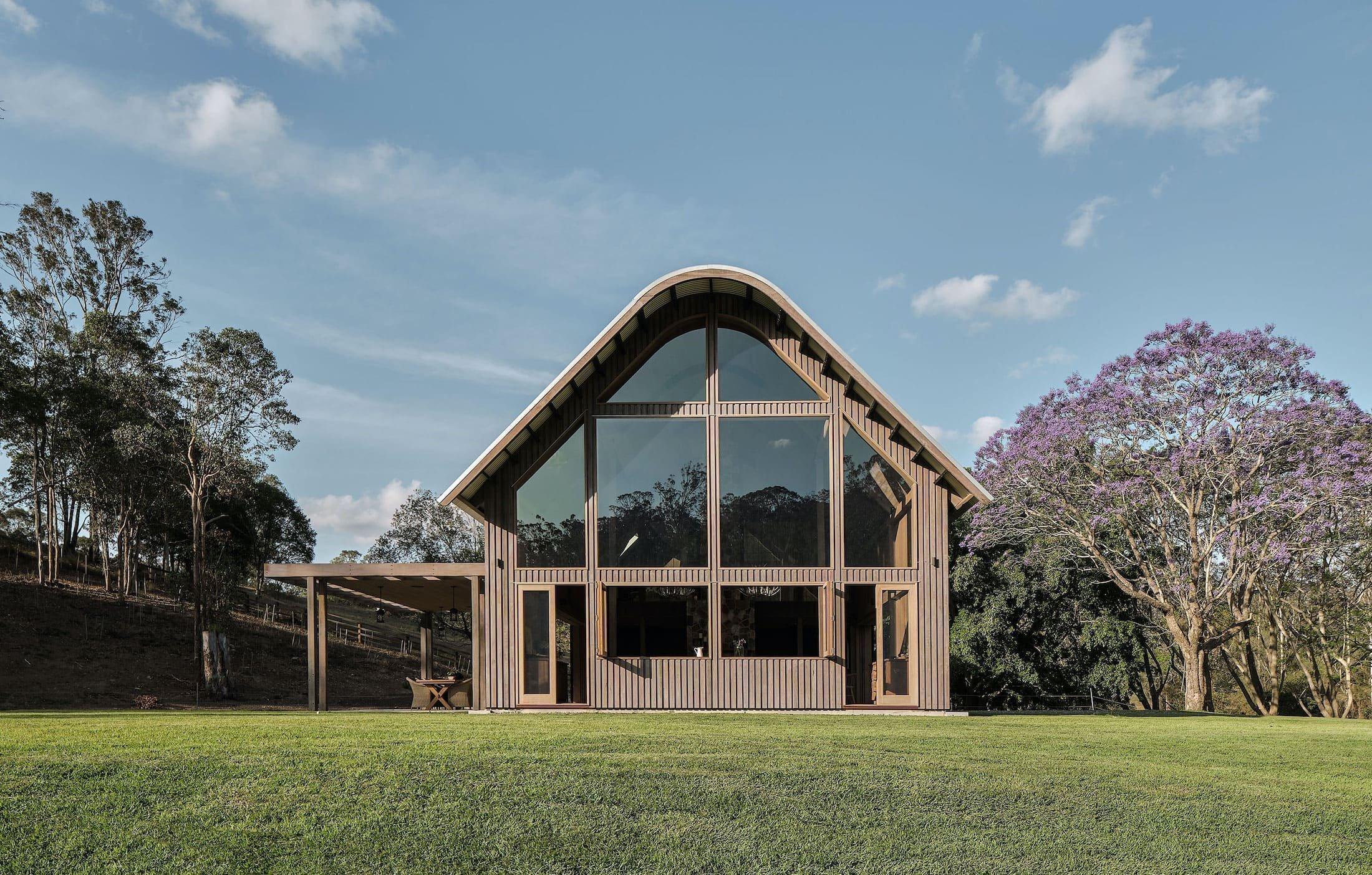 V třetím největším městě Austrálie, v Brisbane, získala druhou šanci citlivě zrekonstruovaná stodola. Ukrytá mezi stromy na první pohled zaujme otevřenými prostory plnými slunce a přírodních materiálů.