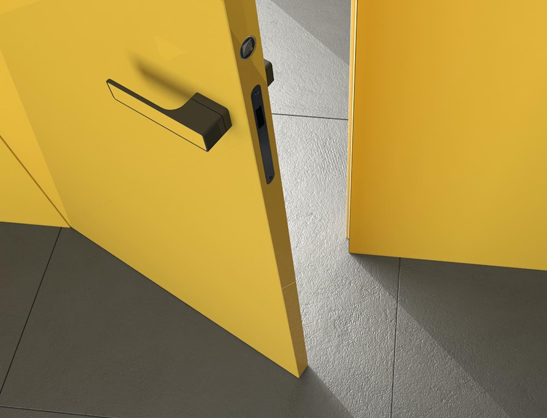Prakticky neviditelné dveře se staly hitem interiérů, které kladou důraz na vzdušnost a jednotný styl. Dveře, kterými vcházíme do pokojů, splývají se stěnou a napomáhají tak k optickému zvětšení prostoru. Některé ze dveří se skrytými zárubněmi sahají od podlahy až ke stropu. Plynule navazují na své okolí, a přesto jsou originálním prvkem v každém odvážnějším interiéru.