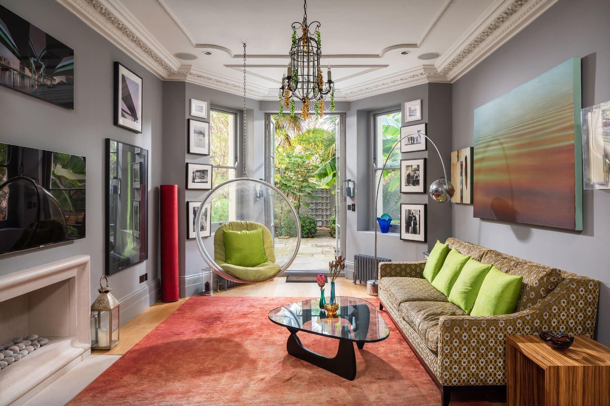 Tento interiér je jako stvořený pro všechny kreativní duše. V duchu odvážného eklektického stylu kombinuje zdánlivě různorodé prvky a vytváří tak energické prostředí, kterému nechybí nespoutanost ani elegance.