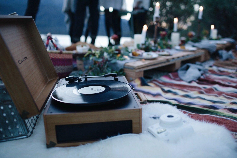 Hudba dokáže podtrhou atmosféru. Vyberte něco klidnějšího, co nebude zasahovat do hovoru.