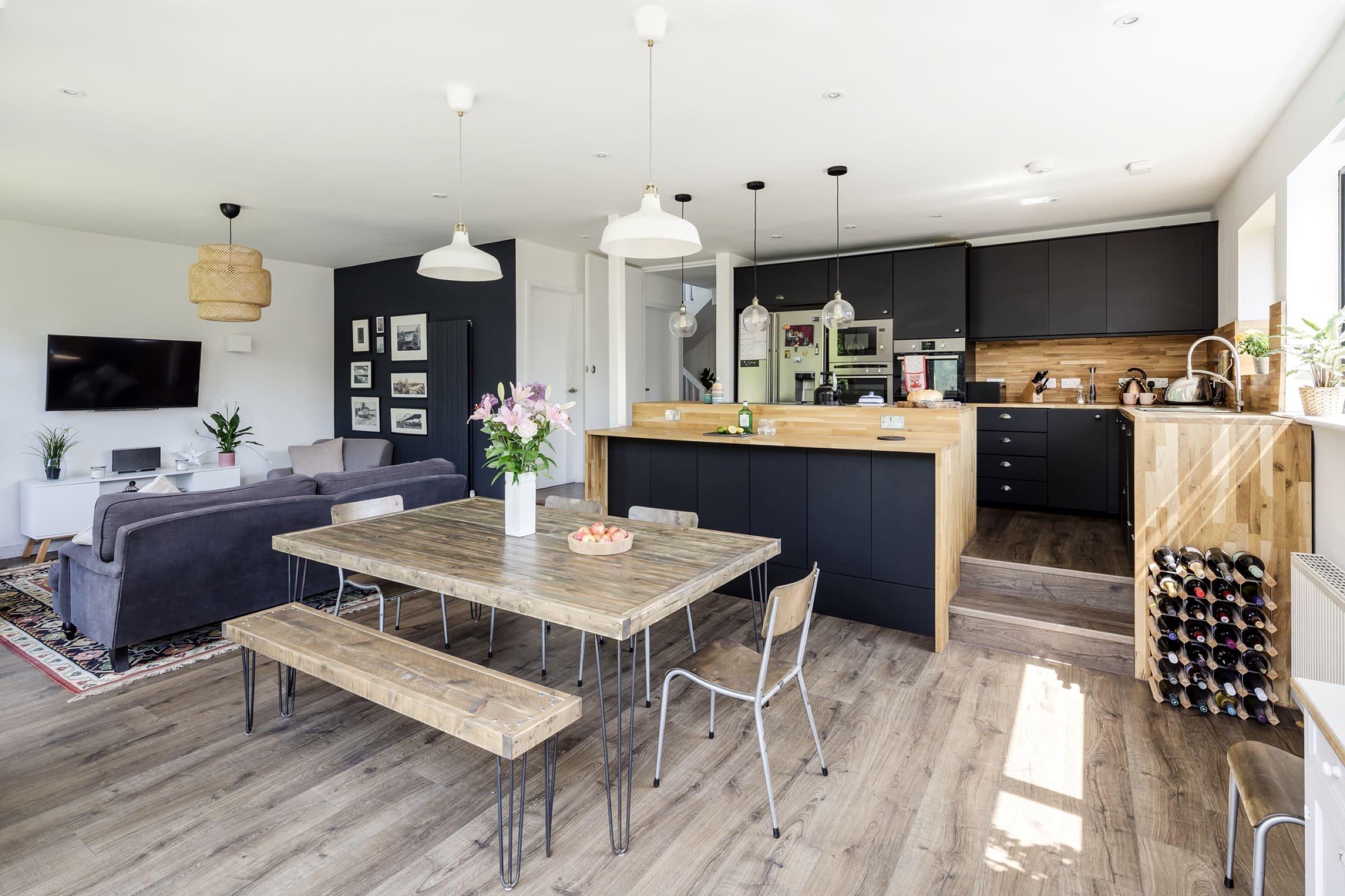 Bungalov ze šedesátých let nebyl pro rodinu se dvěma malými dětmi dostatečně prostorný ani praktický. O proměnu starého bungalovu ve městě Farnham v Anglii se postarali architekti ze studia Sketch Architects. Zrekonstruovali tmavé a stísněné bydlení a vytvořili tak útulný a světlý domov pro čtyřčlennou rodinu.