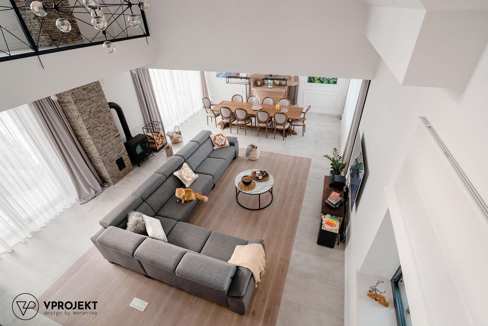 Tento interiér je důkazem, že vkusně propojené staré a nové prvky mohou vytvořit opravdu kouzelný domov. Myslí totiž na požadavky moderních časů a přitom s nostalgií vzpomíná na ty minulé.