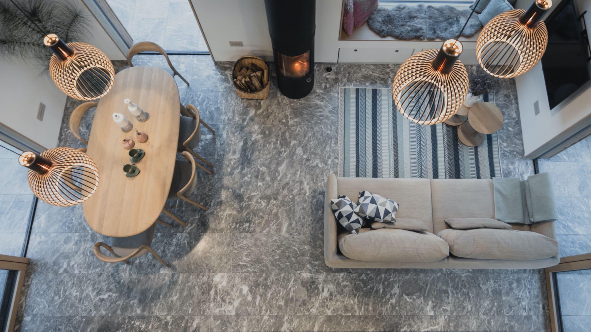 Malá, dřevěná, nepopsatelně půvabná – taková je chalupa v obci Kuželj v údolí Kolpa. Jde o novou dřevěnou chalupu s moderním nádechem, která byla postavena s ohledem na místní kulturní a architektonické dědictví. Navíc se podařilo navržený interiér dokonale propojit s okolní přírodou.
