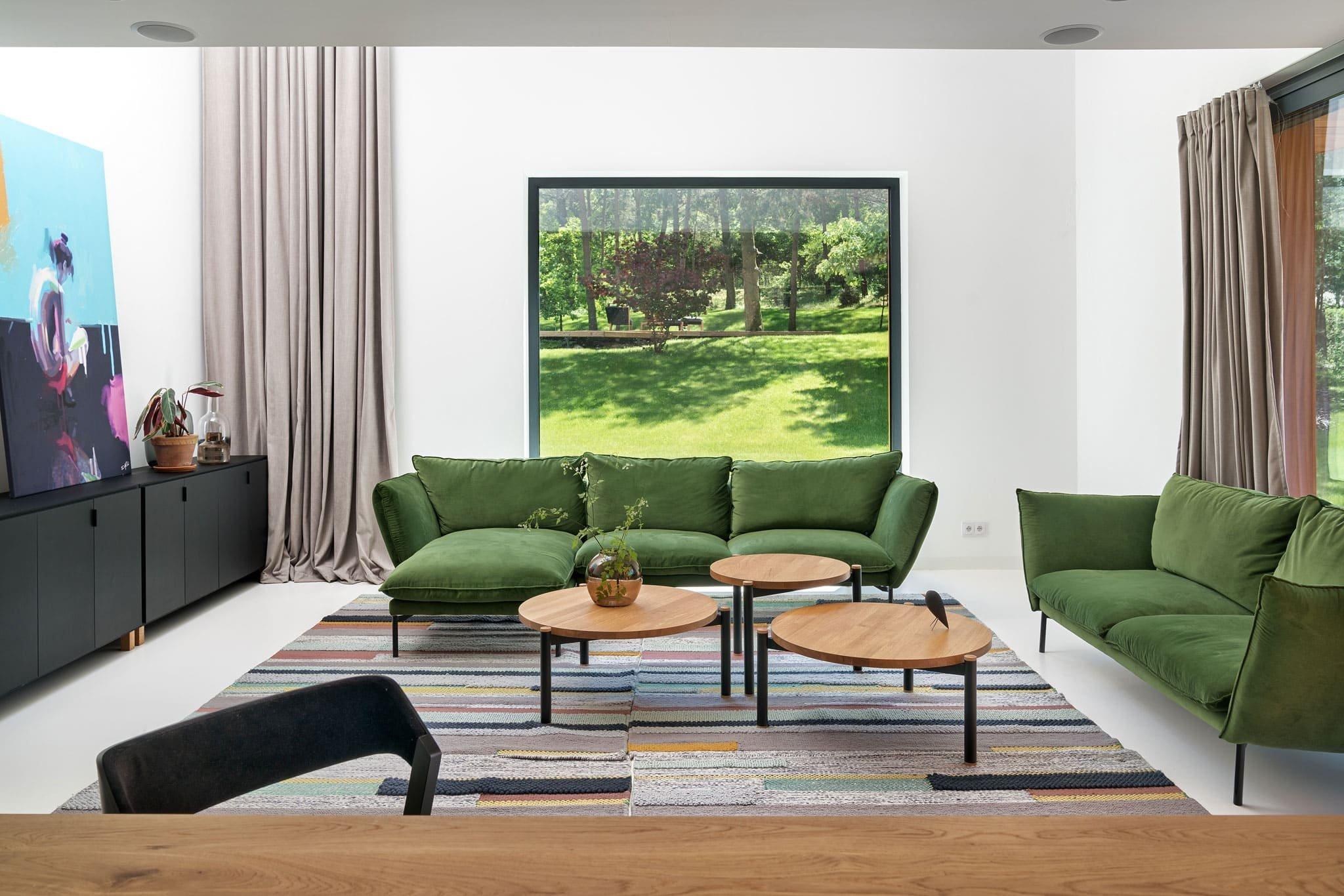 Netradiční dům poblíž Poznaně obklopuje svěží zeleň a jinak tomu není ani v jeho interiéru. Kouzlo přírody prostupuje dovnitř pomocí velkých oken, a vytváří tak jednotící linku s prvky vybavení v zelené barvě. Ve výsledku tedy vzniká bydlení doslova nabité energií, které je svěží a přirozeně krásné.
