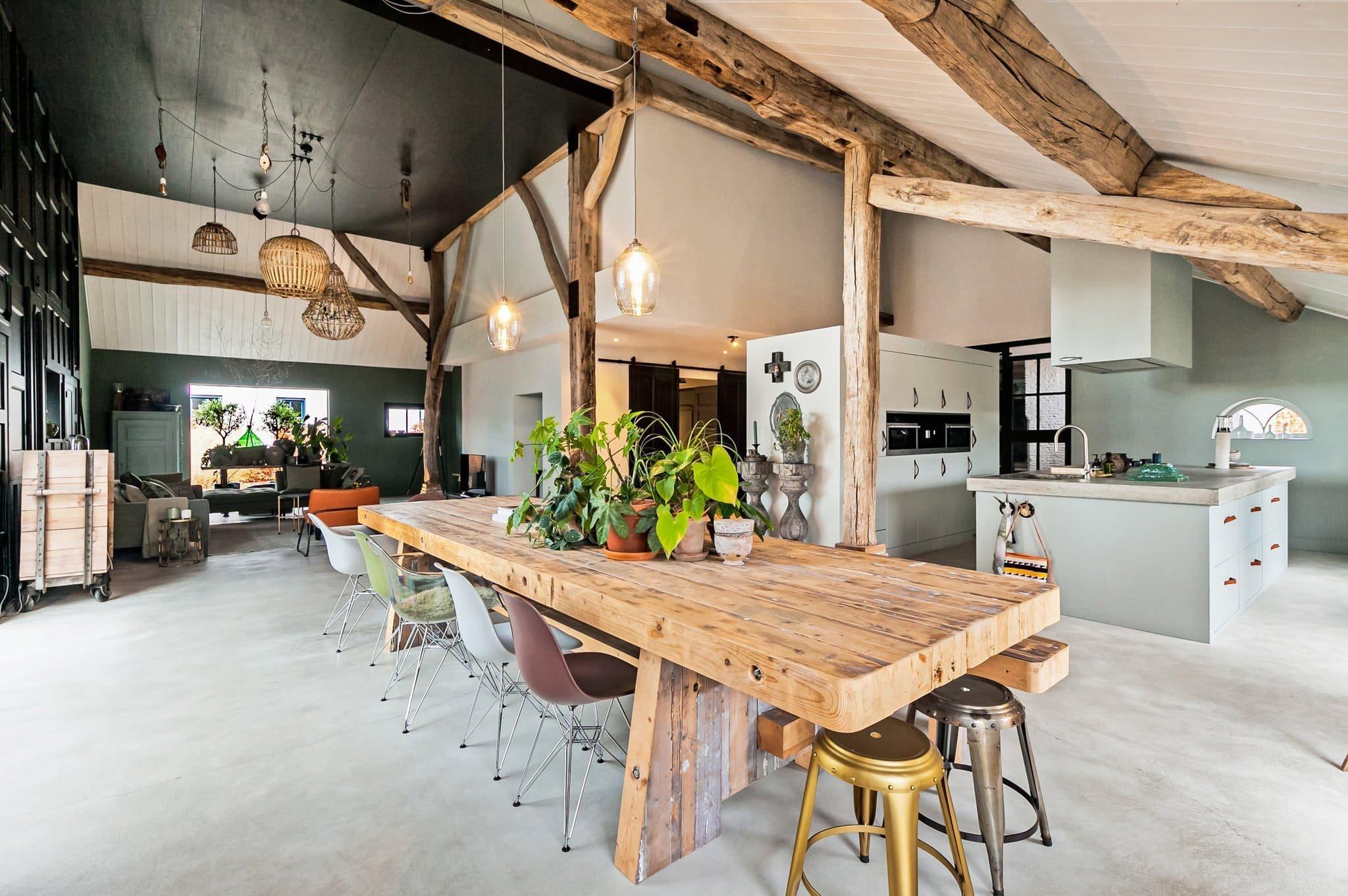 Statek v malé vesničce v Nizozemsku je oficiálně památkou z roku 1650, ale v roce 2012 byl již zcela zchátralý. Naštěstí někteří lidé viděli potenciál tohoto domu a rozhodli se ho koupit a zrekonstruovat. Statek je zjevně perfektní nemovitost, pokud máte rádi neforemnost a půdní prostory. Celá obytná část v jednom velkém  a otevřeném prostoru vyniká betonovými podlahami, moderním designem a vintage rustikální výzdobou.