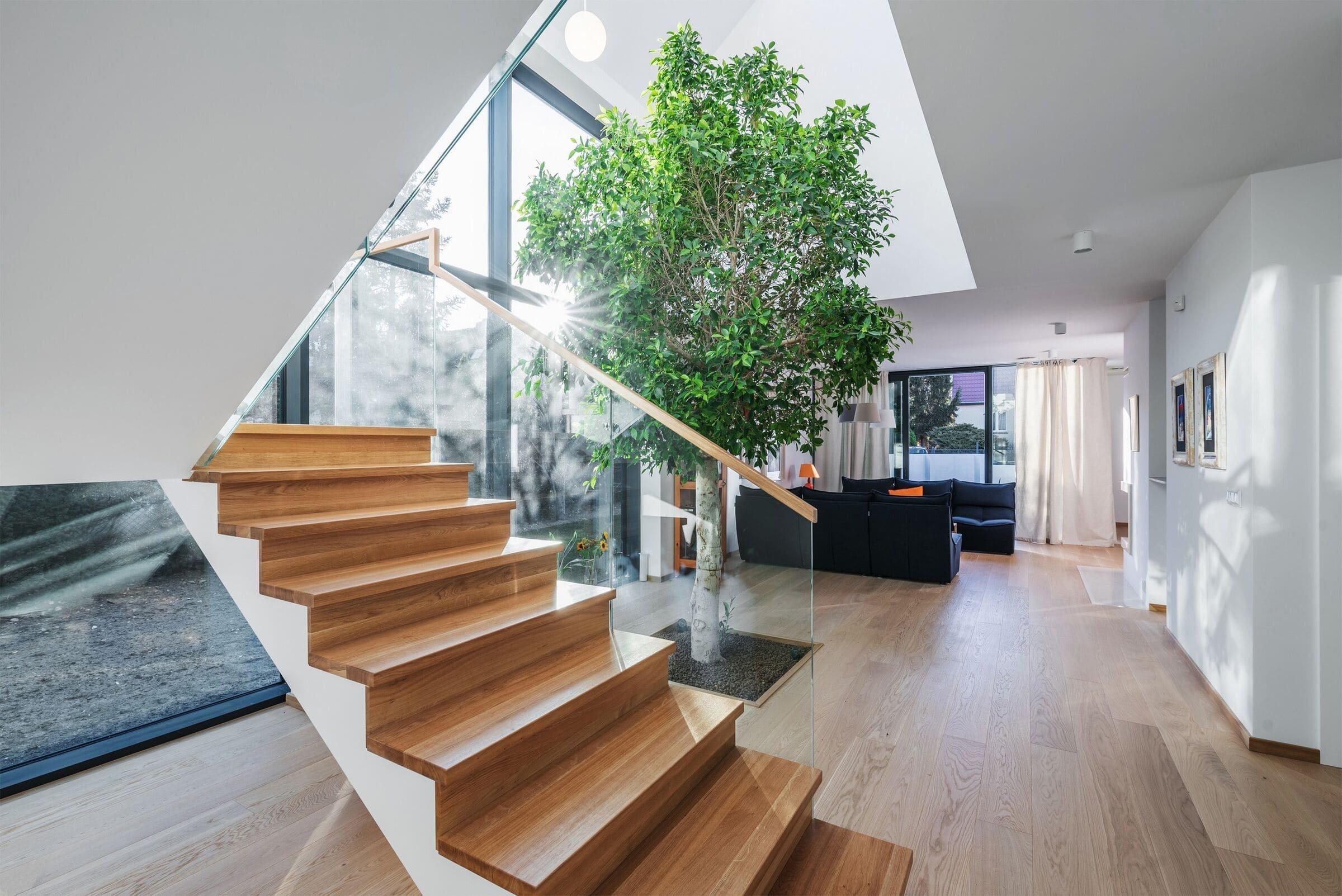V rezidenční čtvrti polské Wroclawi vyrostl bílý dům z dílny architekta Tomasza Głowacki. Nachází se mezi rodinnými domy postavenými před druhou světovou válkou, proto se jim tvarem přizpůsobuje. Poloha na pozemku mu poskytuje mnoho výhod, a to navzdory těsné blízkosti sousedů.