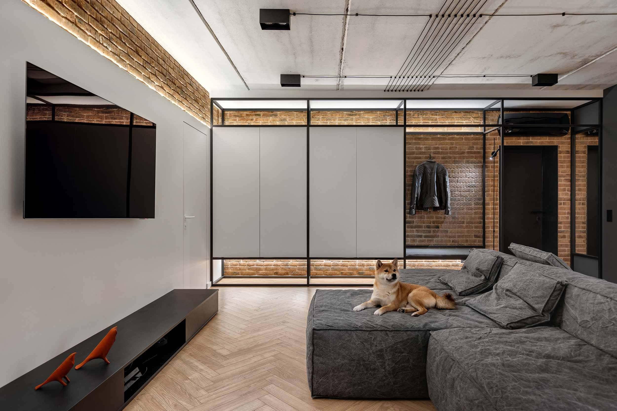 Interiérové studio Bondarenko Design navrhlo ohromující podkrovní byt v Charkově na Ukrajině. Odvážná rozhodnutí, přírodní materiály a základní barvy jsou hlavní charakteristikou projektu Čtyři textury. Správná organizace prostoru umožnila vizuálně zvětšit objem místnosti. Industriální styl je zjemněný dřevem a paletou neutrálních barev. Výsledek je famózní.